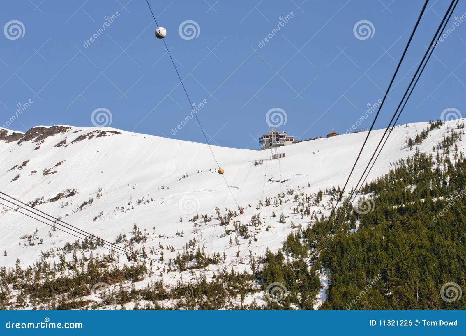 Skiaufzug in den schneebedeckten Bergen