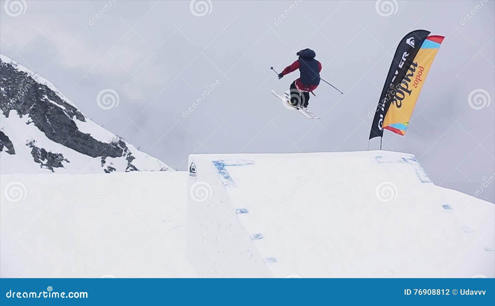 Skidåkare i enhetligt hopp från språngbrädan Extremt jippo snöig berg challenge Landskap lager videofilmer