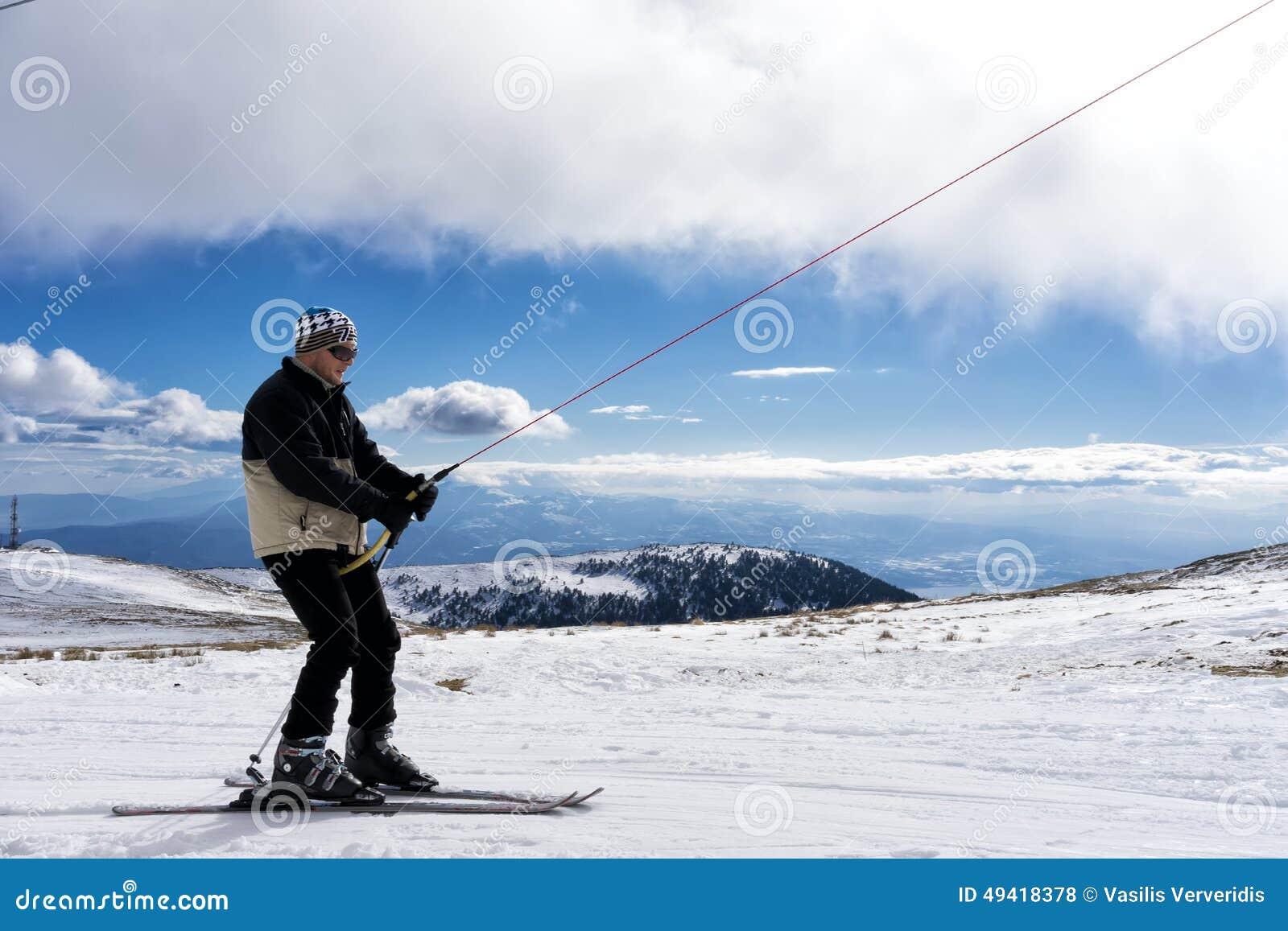 Skidåkare tycker om snön på Kaimaktsalan skidar mitten, i Grekland rec