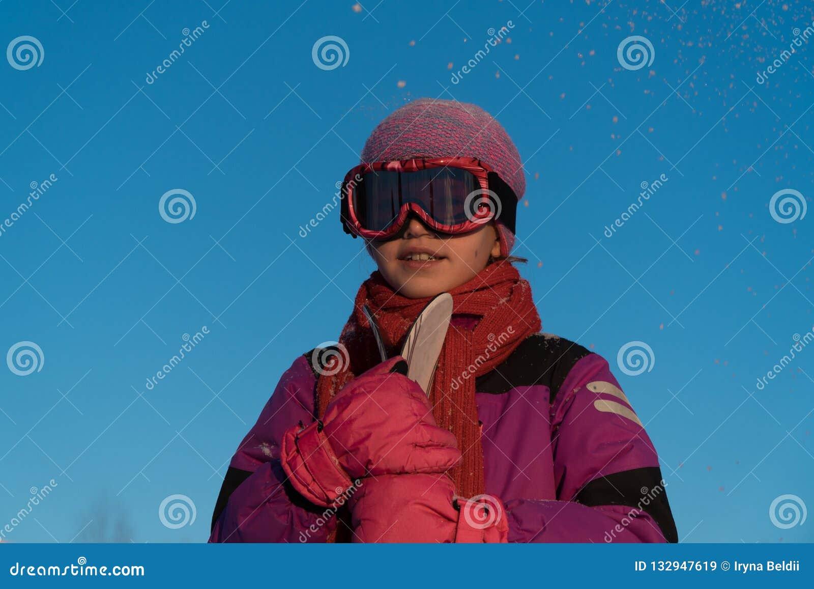 Skidåkning vintersportar - stående av den unga skidåkaren