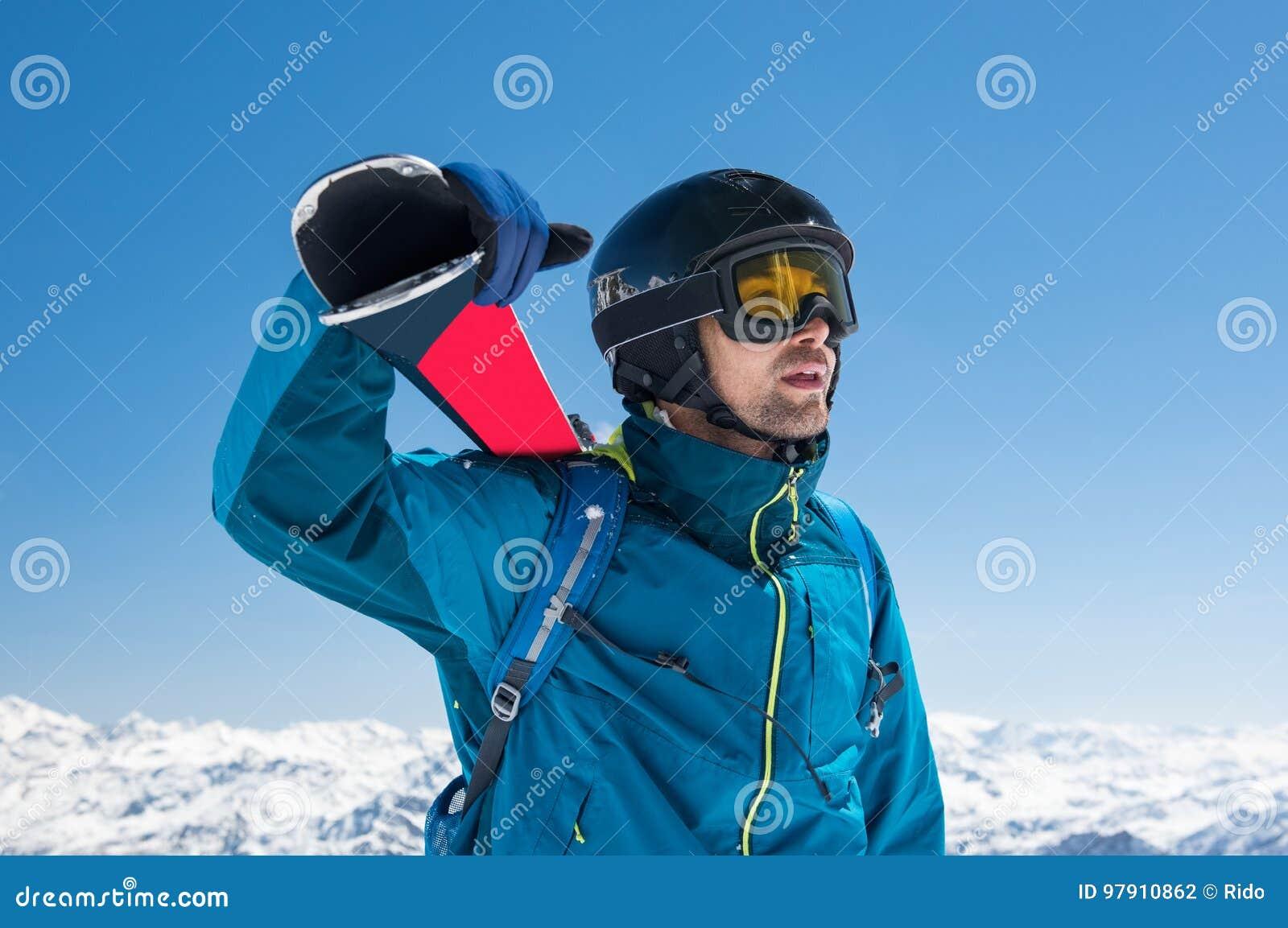 Skieur à la montagne neigeuse