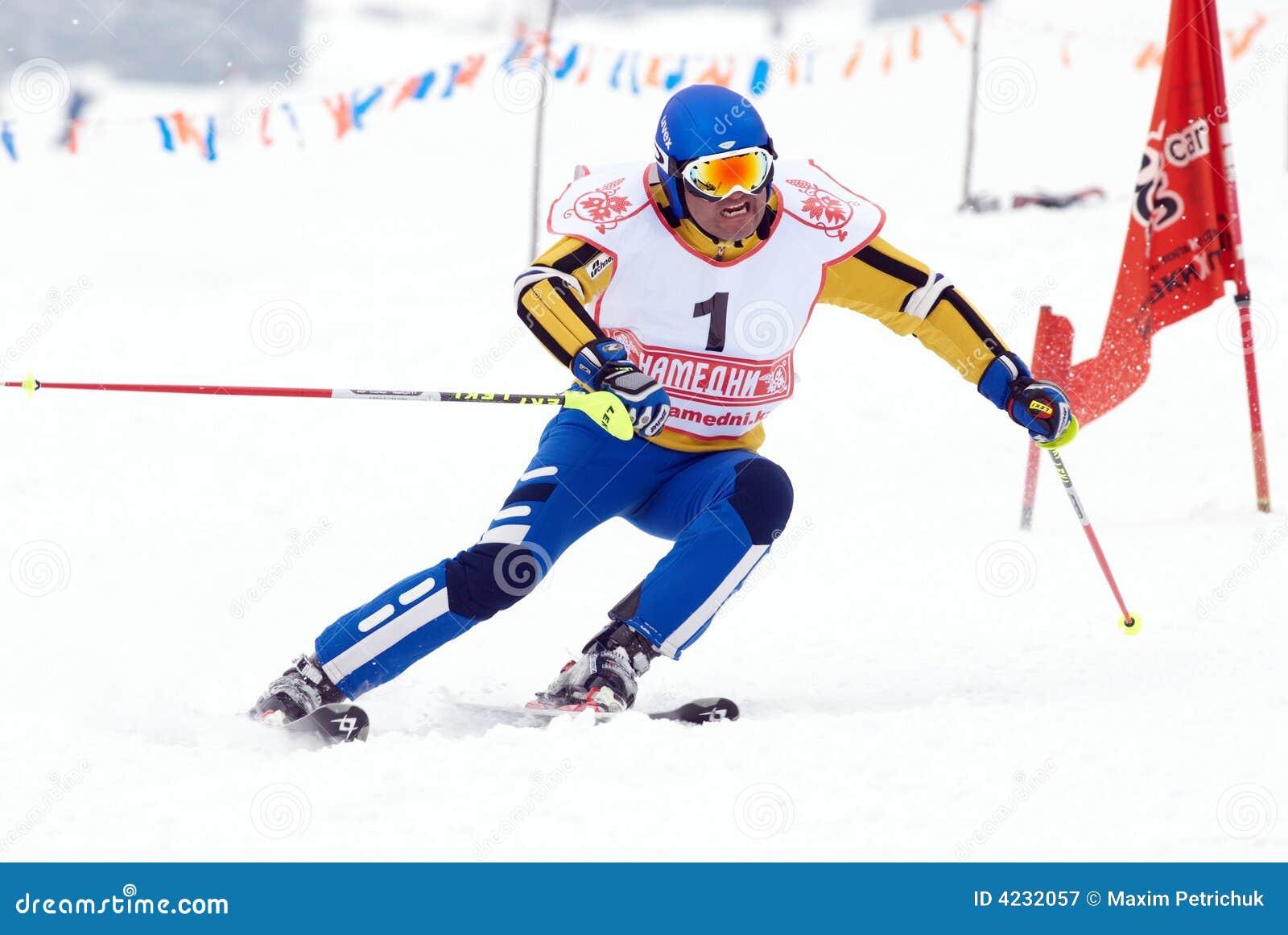 Skieur de montagne sur le chemin