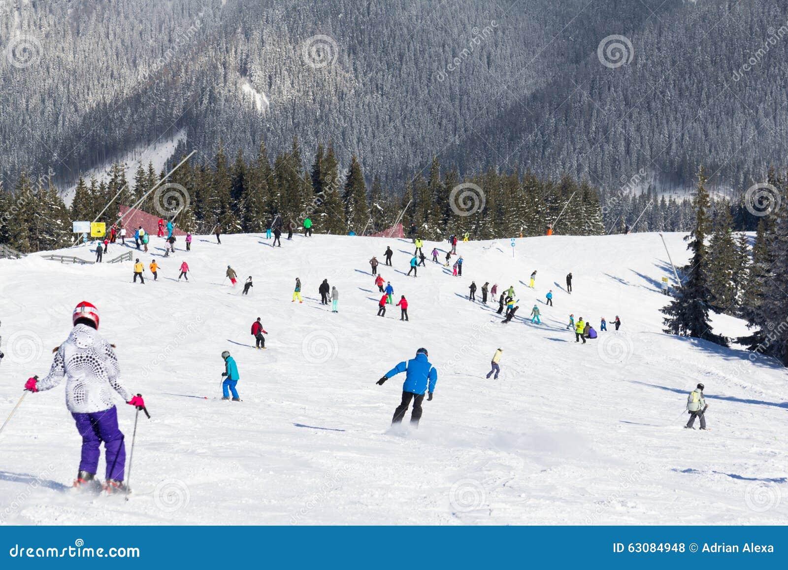 Download Skieurs Et Surfeurs Appréciant La Bonne Neige Photo stock éditorial - Image du jour, nature: 63084948
