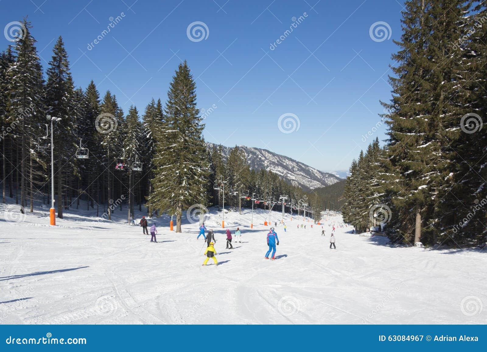 Download Skieurs Et Surfeurs Appréciant La Bonne Neige Photographie éditorial - Image du bleu, course: 63084967