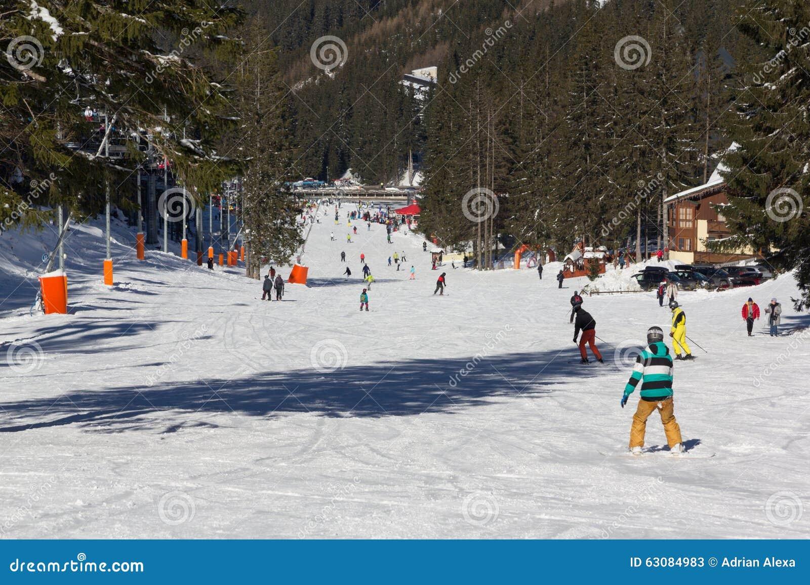 Download Skieurs Et Surfeurs Appréciant La Bonne Neige Photo stock éditorial - Image du nature, ressource: 63084983