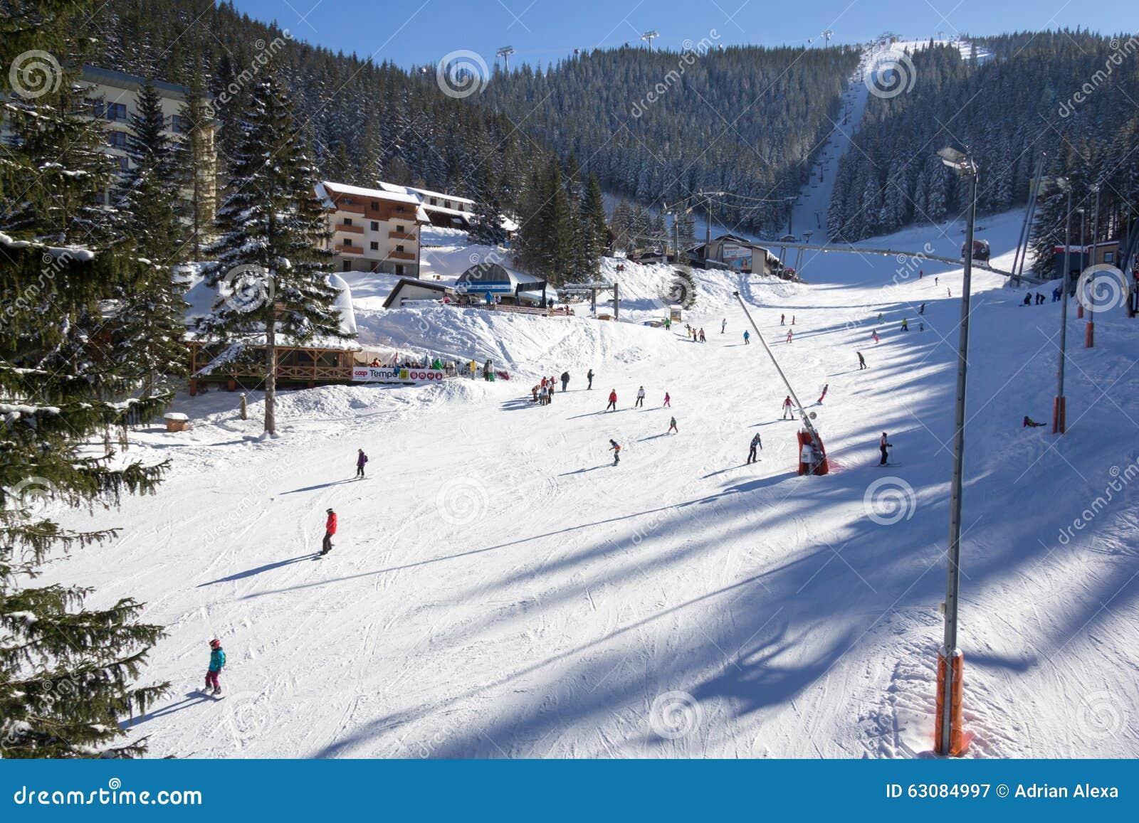 Download Skieurs Et Surfeurs Appréciant La Bonne Neige Photographie éditorial - Image du outdoors, europe: 63084997