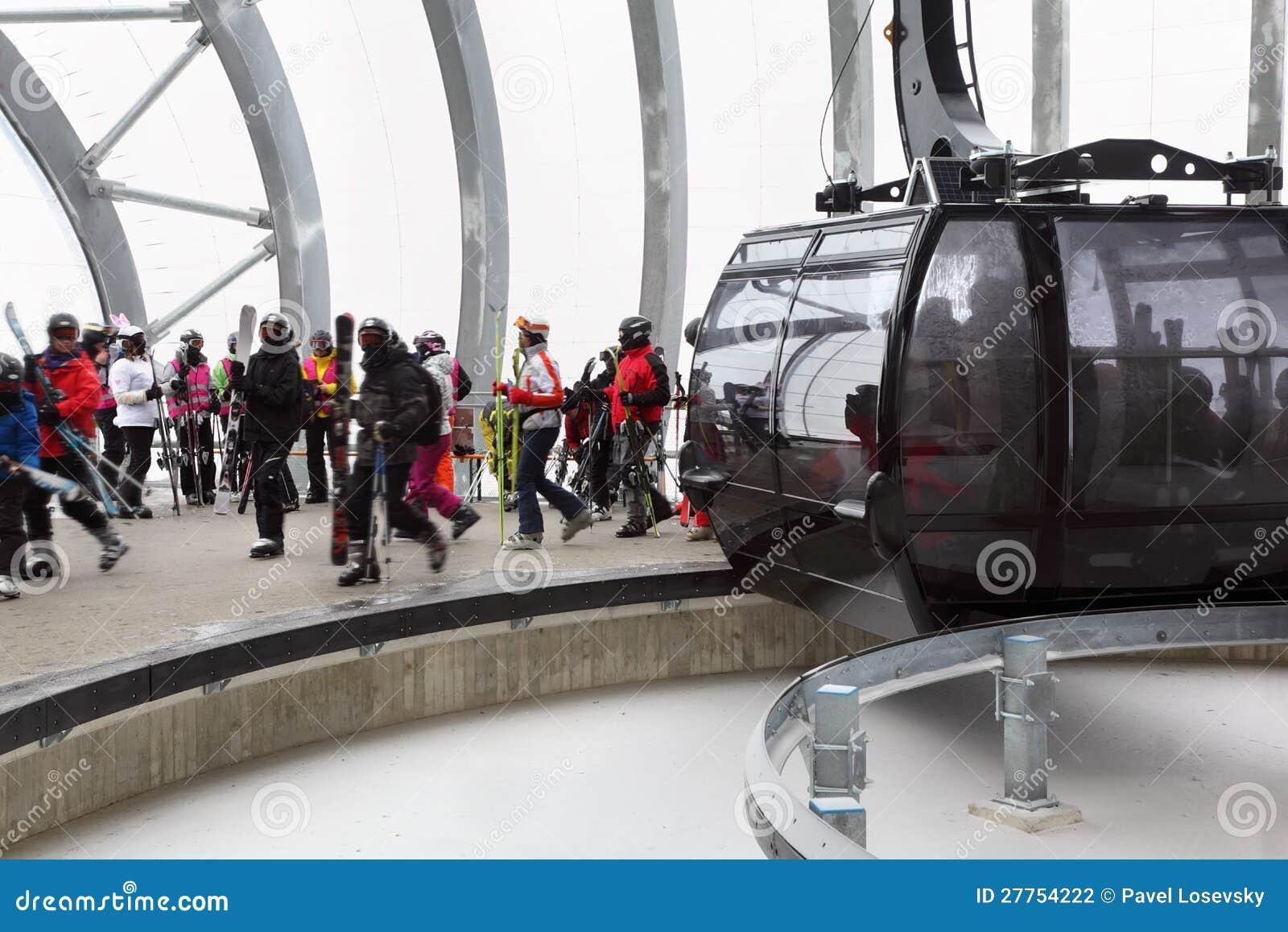 Skieurs hors de cabine de funiculaire
