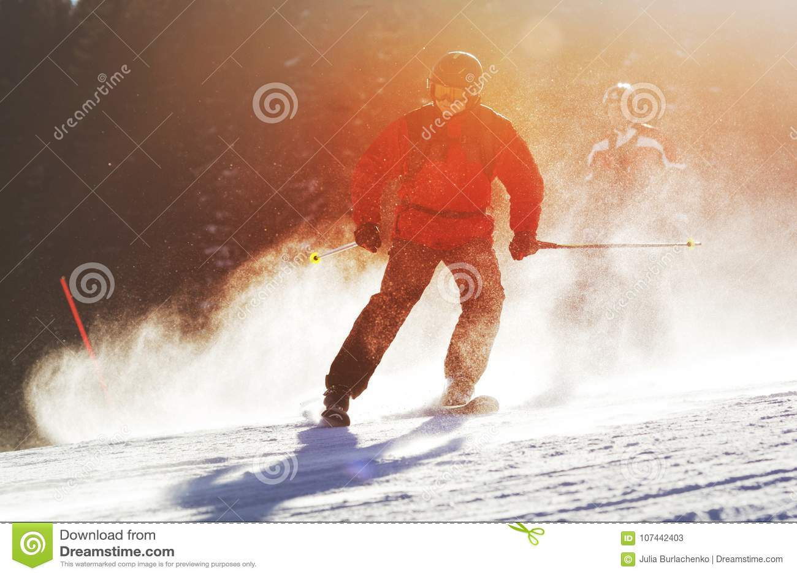 Skieurs pendant le jour ensoleillé