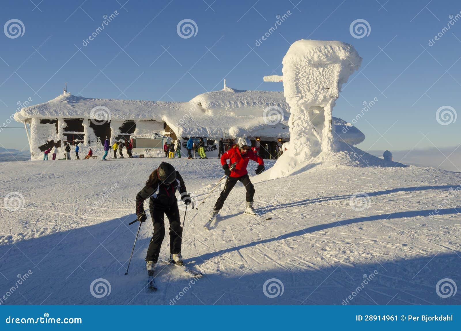 Skifahrer an Gipfel plateu Ãre