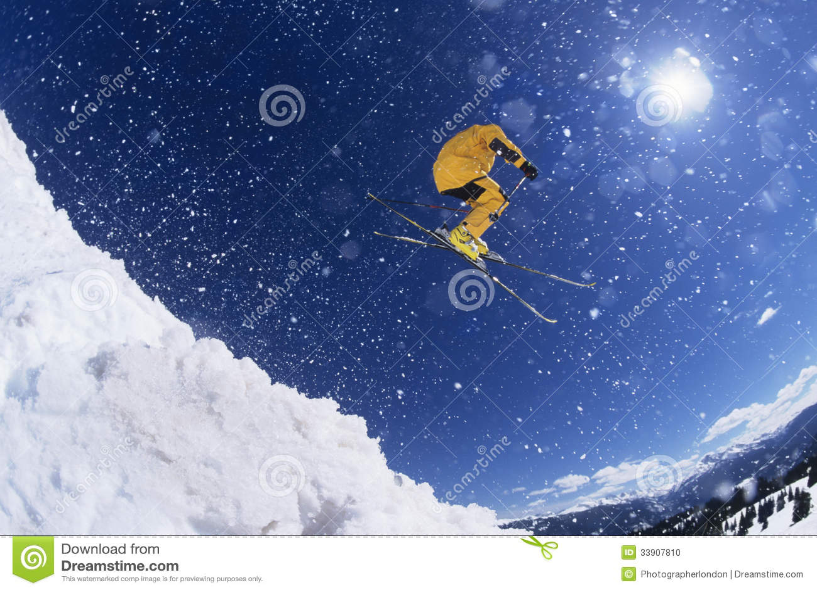 Skifahrer im mitten in der Luft über Schnee