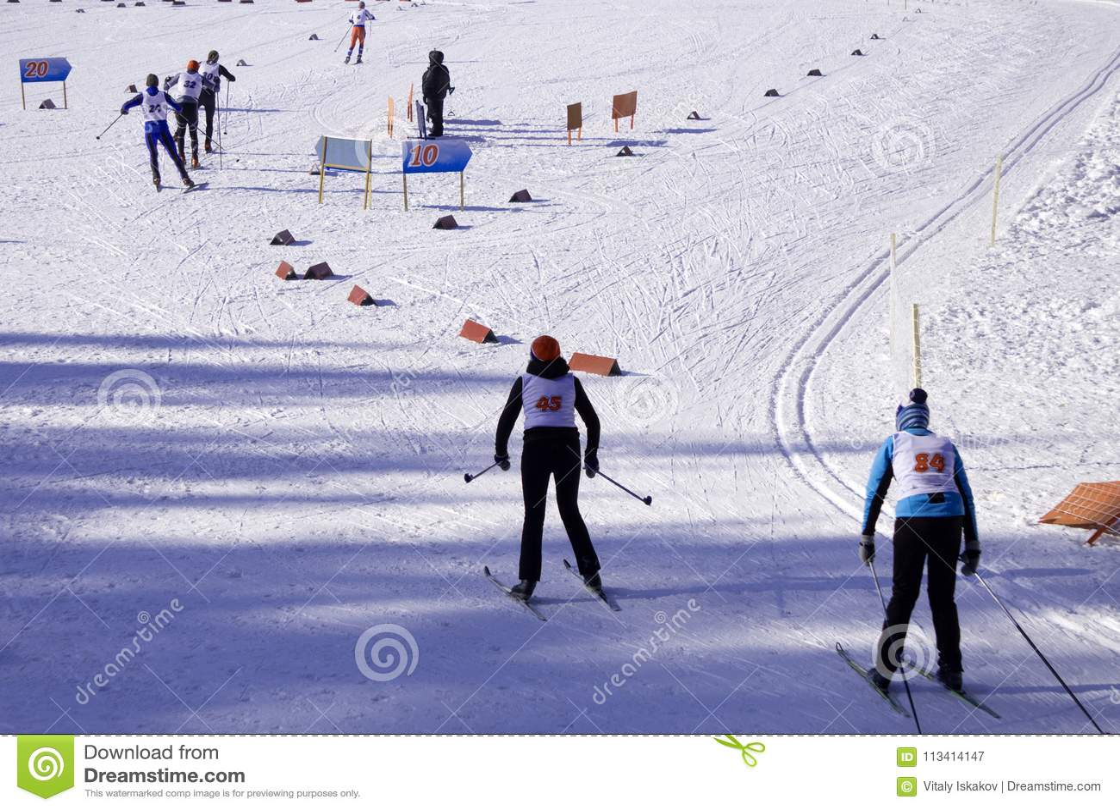 Skifahrer kreuzen die Skisteigung vor dem Anfang