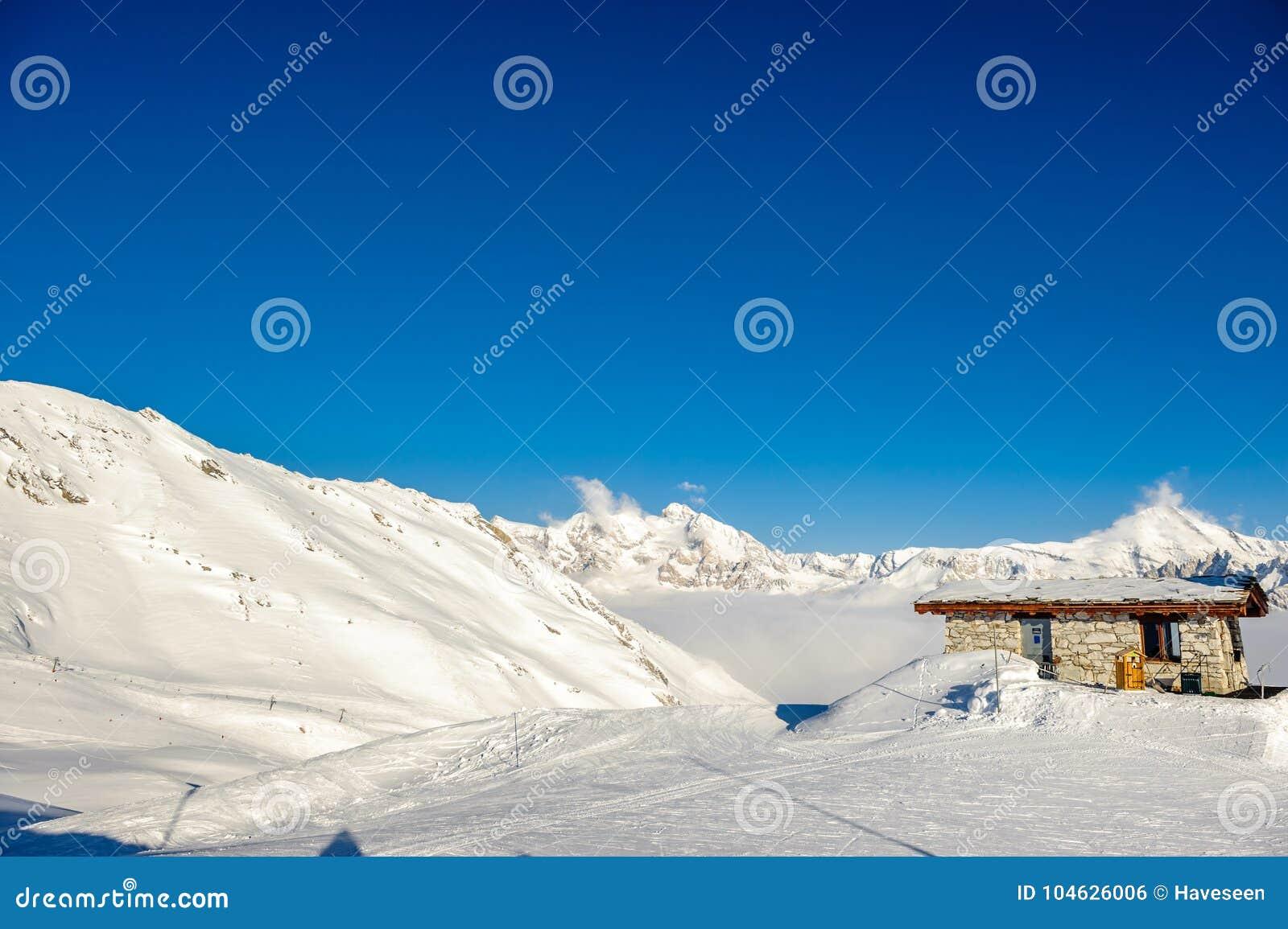 Download Skilift In Bergen Bij De Winter Stock Foto - Afbeelding bestaande uit frankrijk, zonnig: 104626006