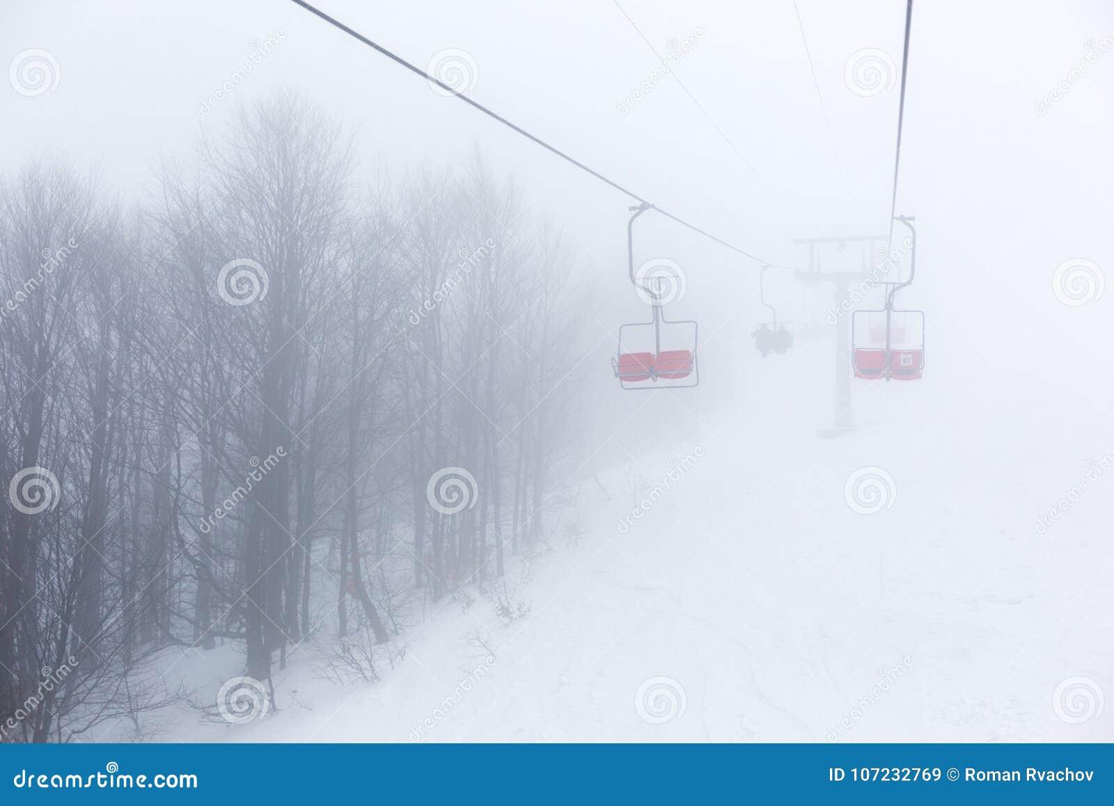 Skilift im Nebel