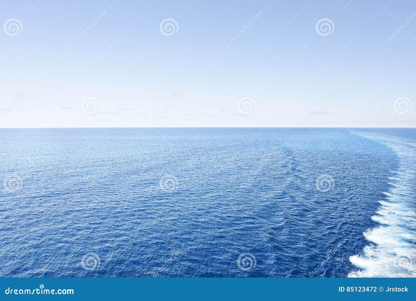 Skinande vatten i färgrik havssida