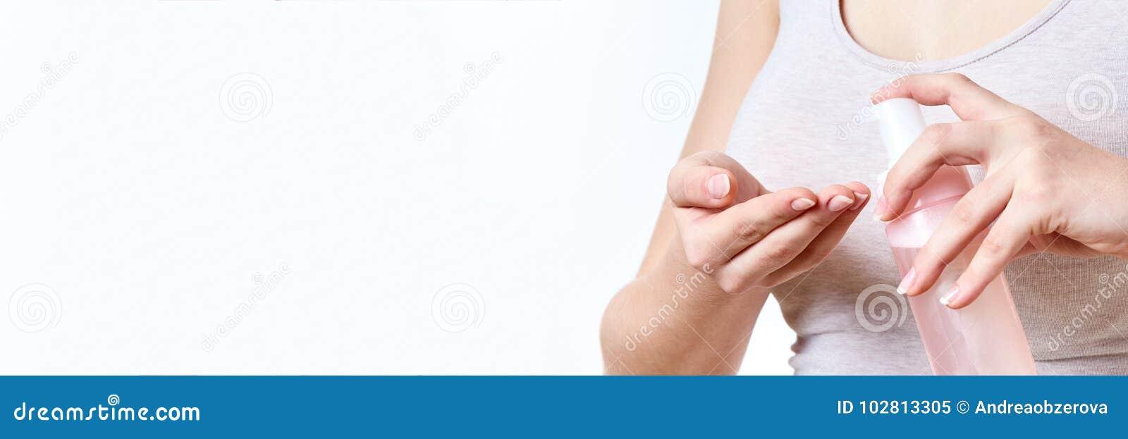 Skincare面对洗涤的概念 拿着瓶起泡沫的清洁剂的无法认出的妇女