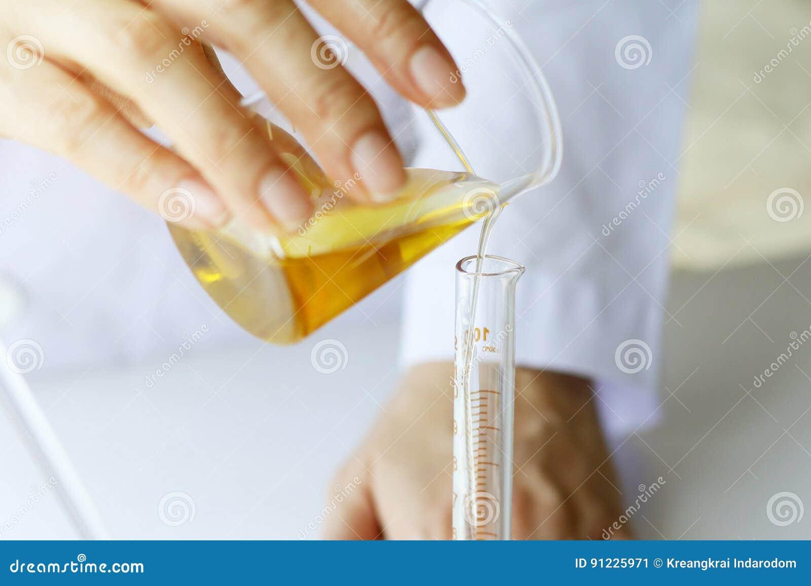 Skincare наук косметик красоты, формулировать и смешивать с травяной сутью, ученым лить органическое эфирное масло