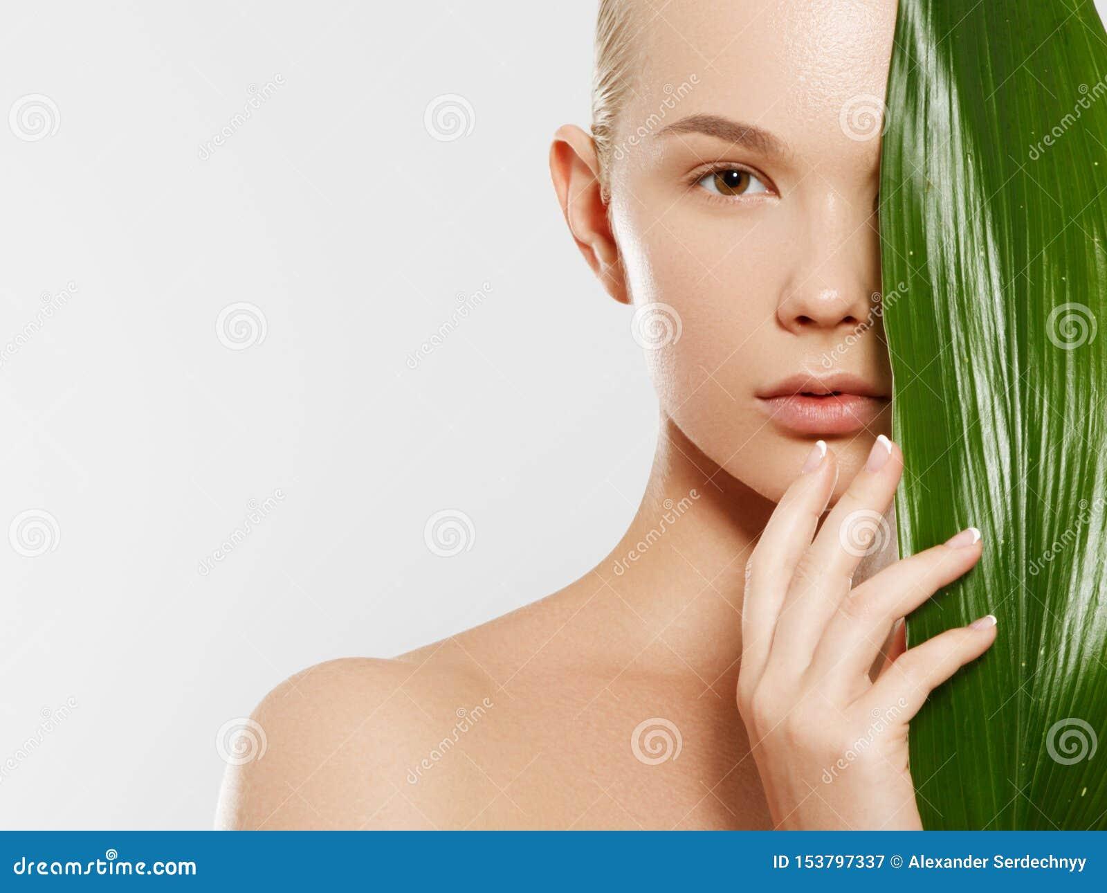 Skincare, bem-estar, termas Limpe a pele macia, olhar fresco saud?vel O conceito de uma pele saud?vel Retrato de um bonito