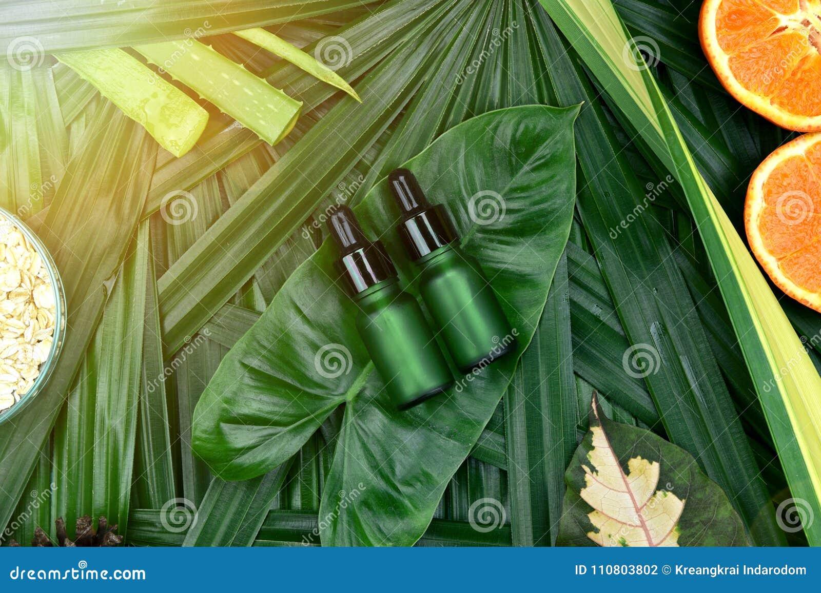 Skincare dei cosmetici con l estratto della vitamina C, contenitori cosmetici della bottiglia con le fette arancio fresche, etich