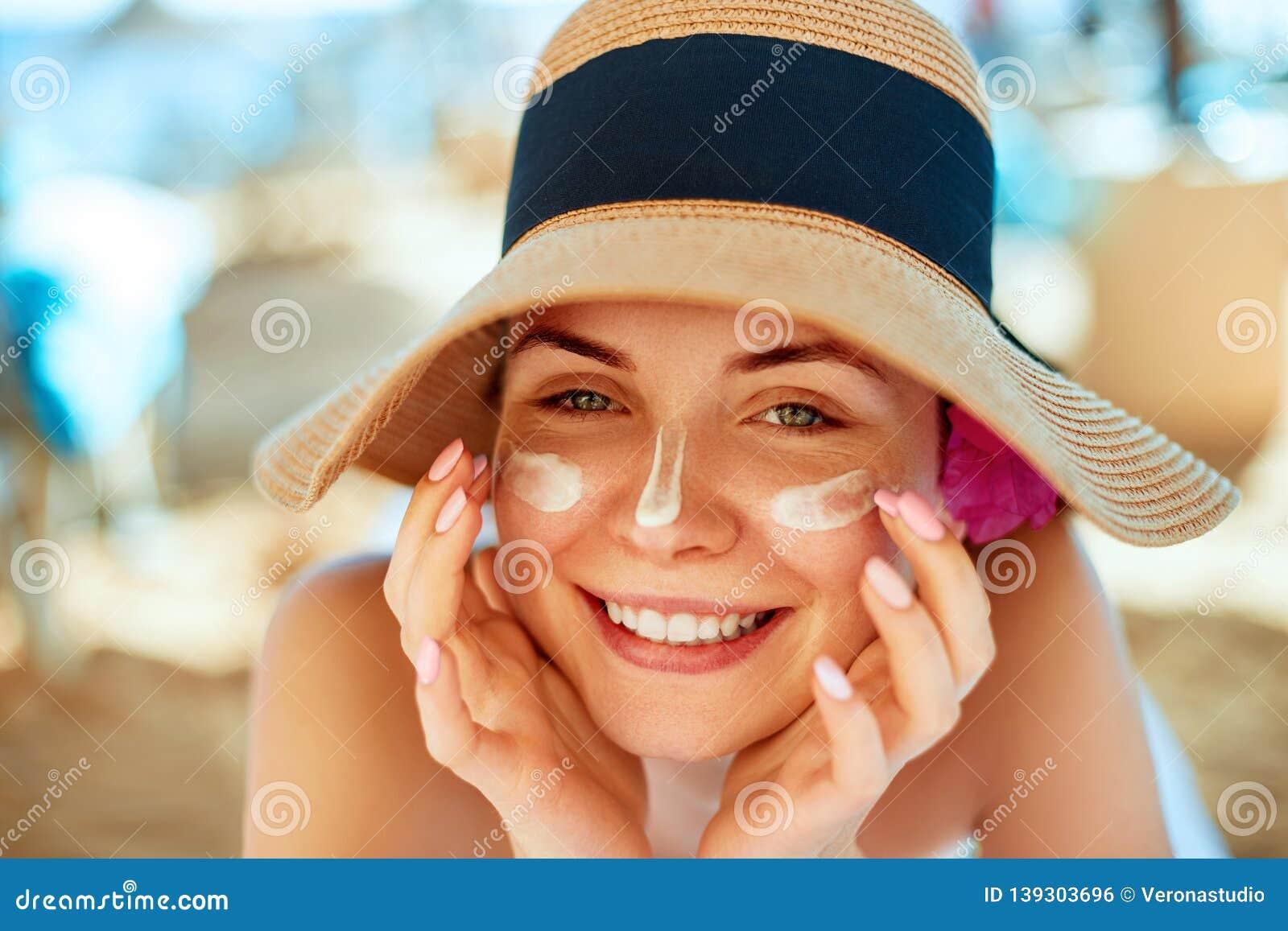 Skincare pärlor för blå för begrepp för bakgrundsskönhet blir grund naturliga over för behållare kosmetisk för djup för detalj fö