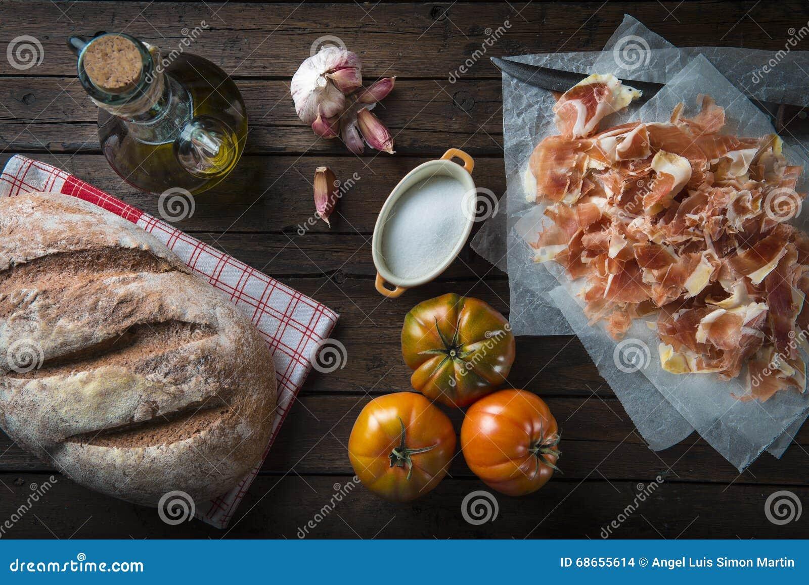 Skinka med bröd, tomaten, vitlök och olivolja