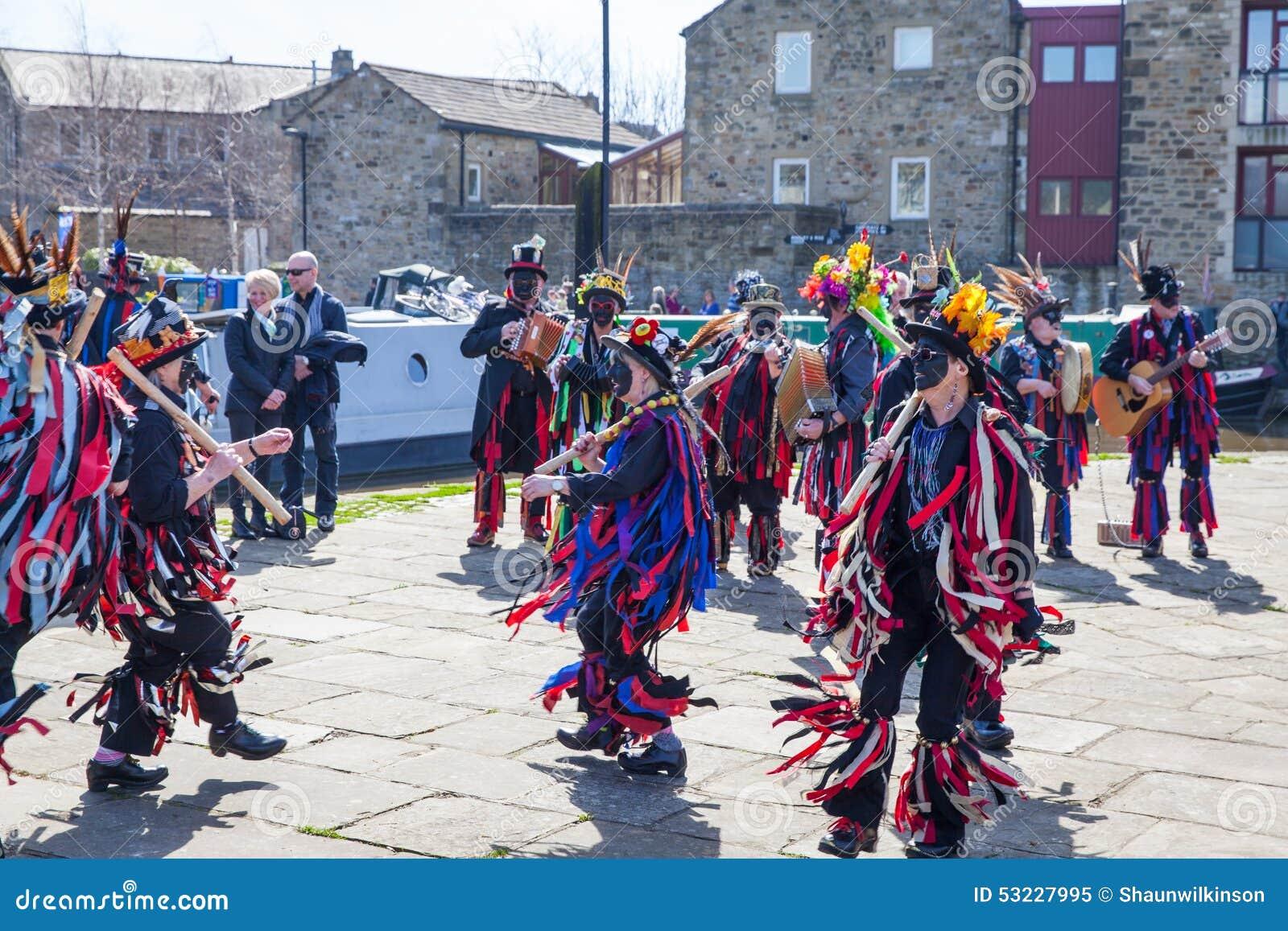 SKIPTON INGLATERRA 6 DE ABRIL: Los bailarines de Morris pusieron un displa público