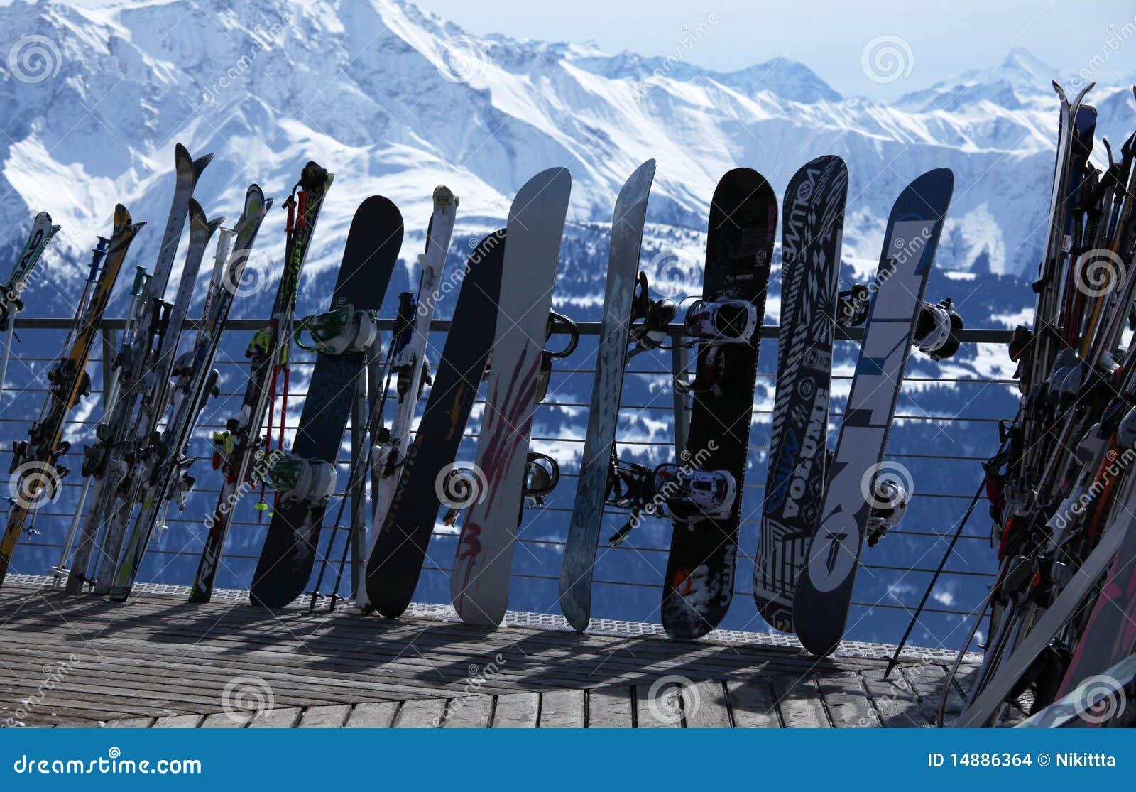 Skis und Snowboards in der Winterrücksortierung
