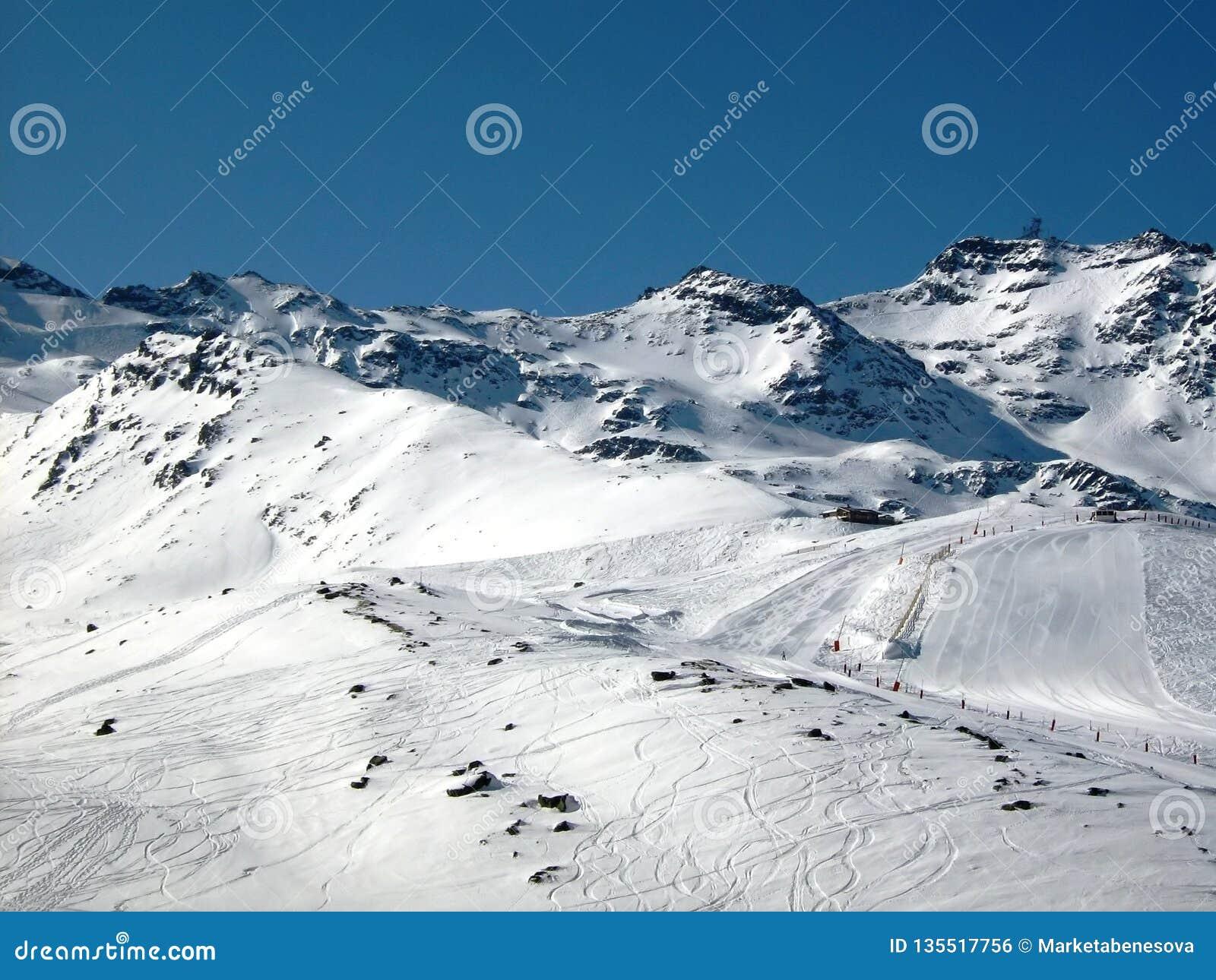 Skispuren und Skisteigung in den Bergen