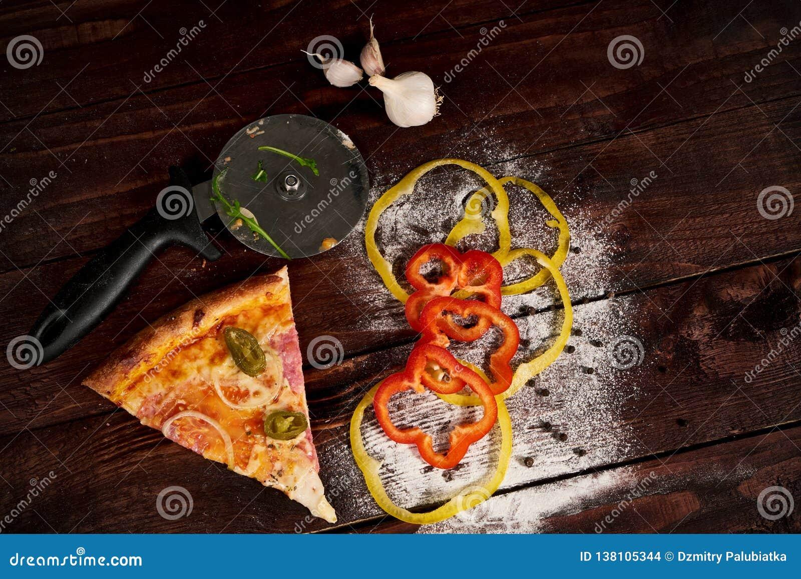 Skiva av pizzapeperonin på skulderbladen