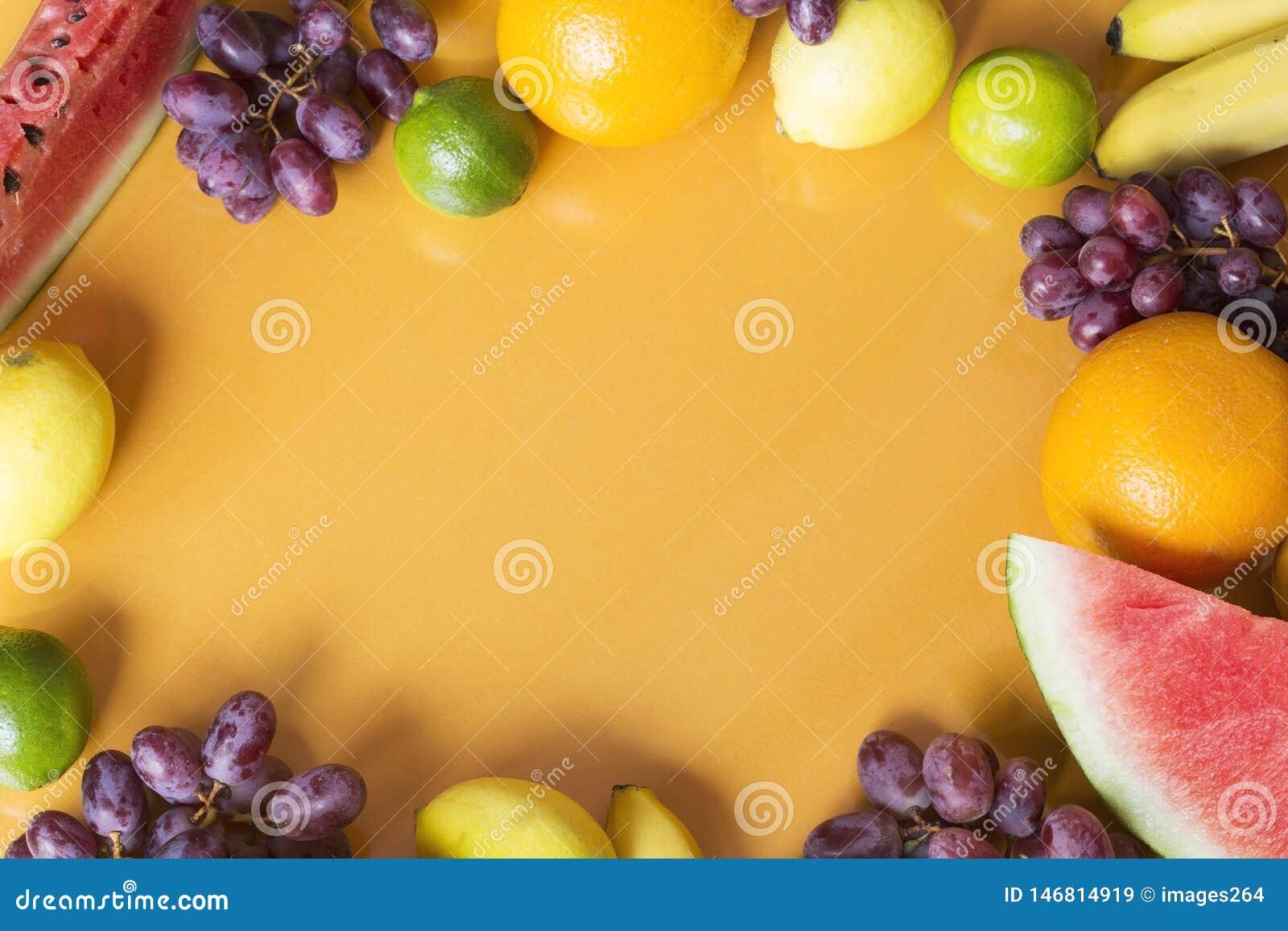 Skivad half ananas f?r bakgrundssnittfrukt