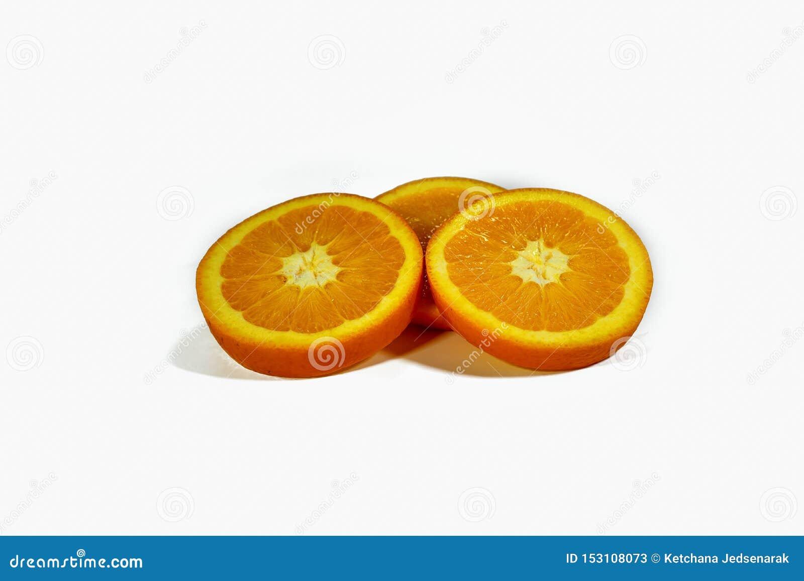 Skivade orange skivor som staplas isolerat på en vit bakgrund