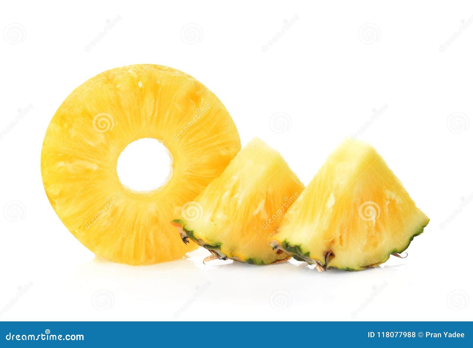 Skivor av ny ananas, munk formar, på burk ananas, isola