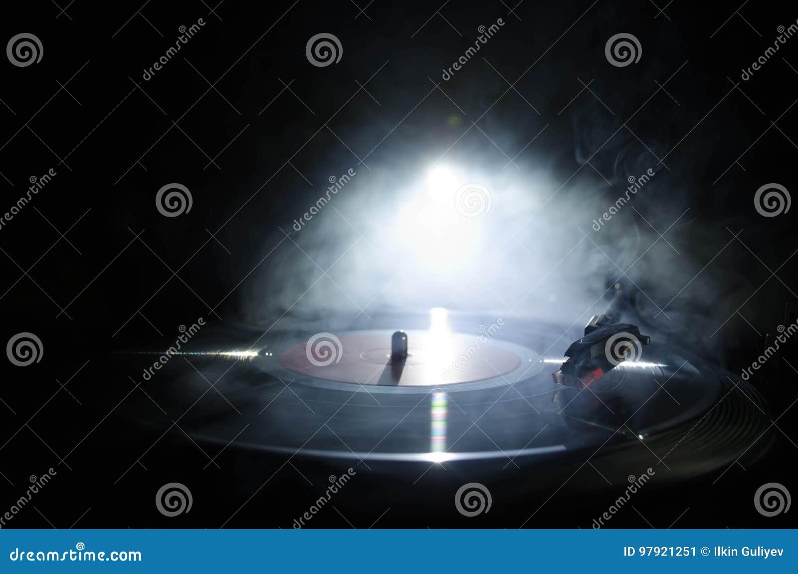 Skivtallrikvinylskivspelare Retro ljudutrustning för diskjockey Solid teknologi för att discjockeyn ska blanda & som spelar musik