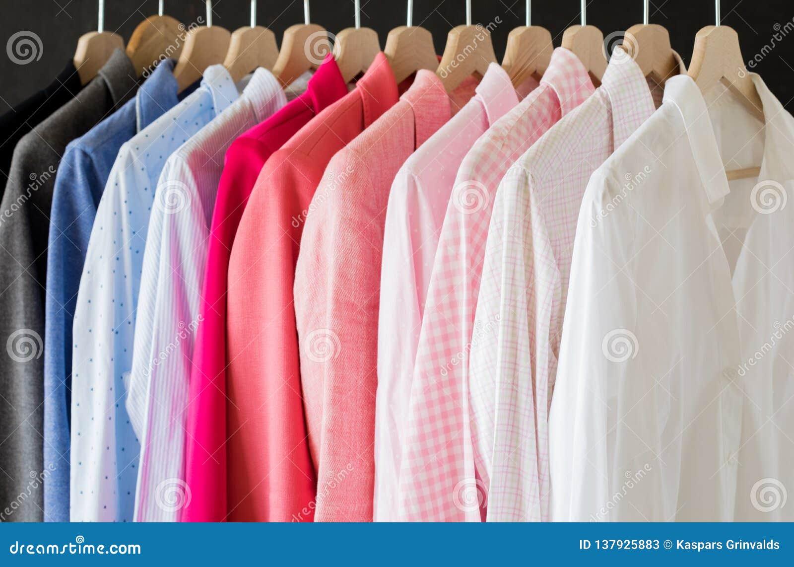 Skjortor som hänger i rad