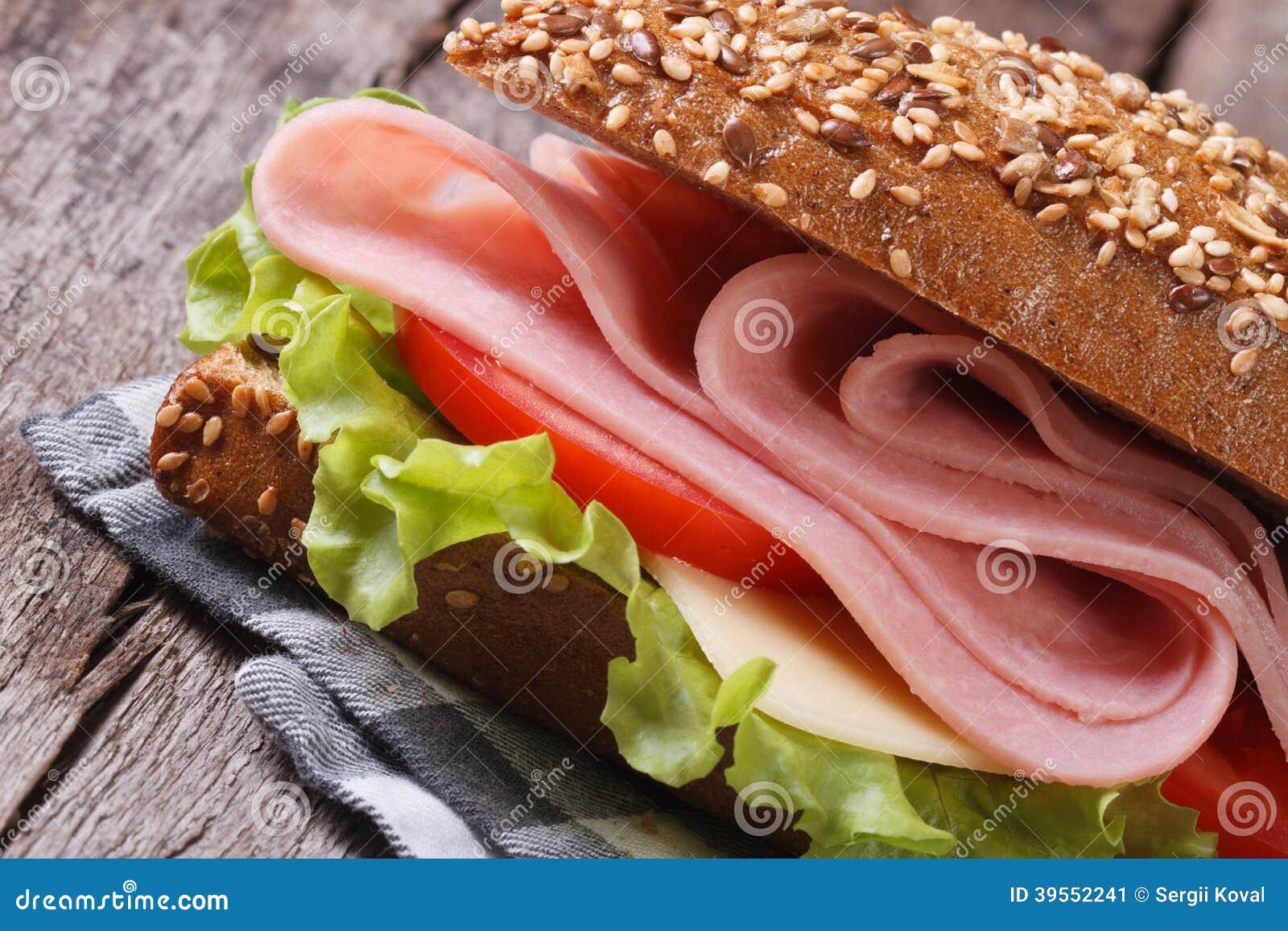 Skjuta in med nära övre för skinka, för ost och för grönsaker