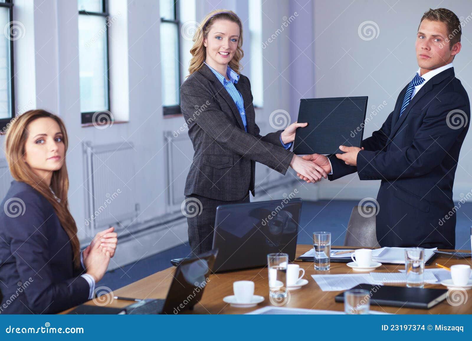 Skjuten underteckning för avtalshandskakning kontor
