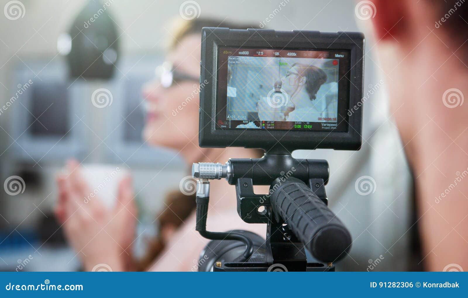 Skjutit av kameraman som gör en längd i fot räknat
