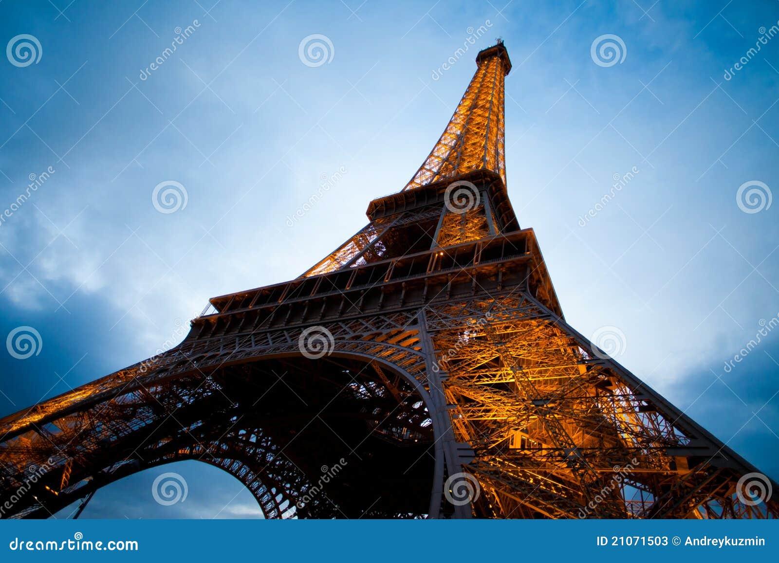 Skjutit torn för vinkeleiffel natt paris wide