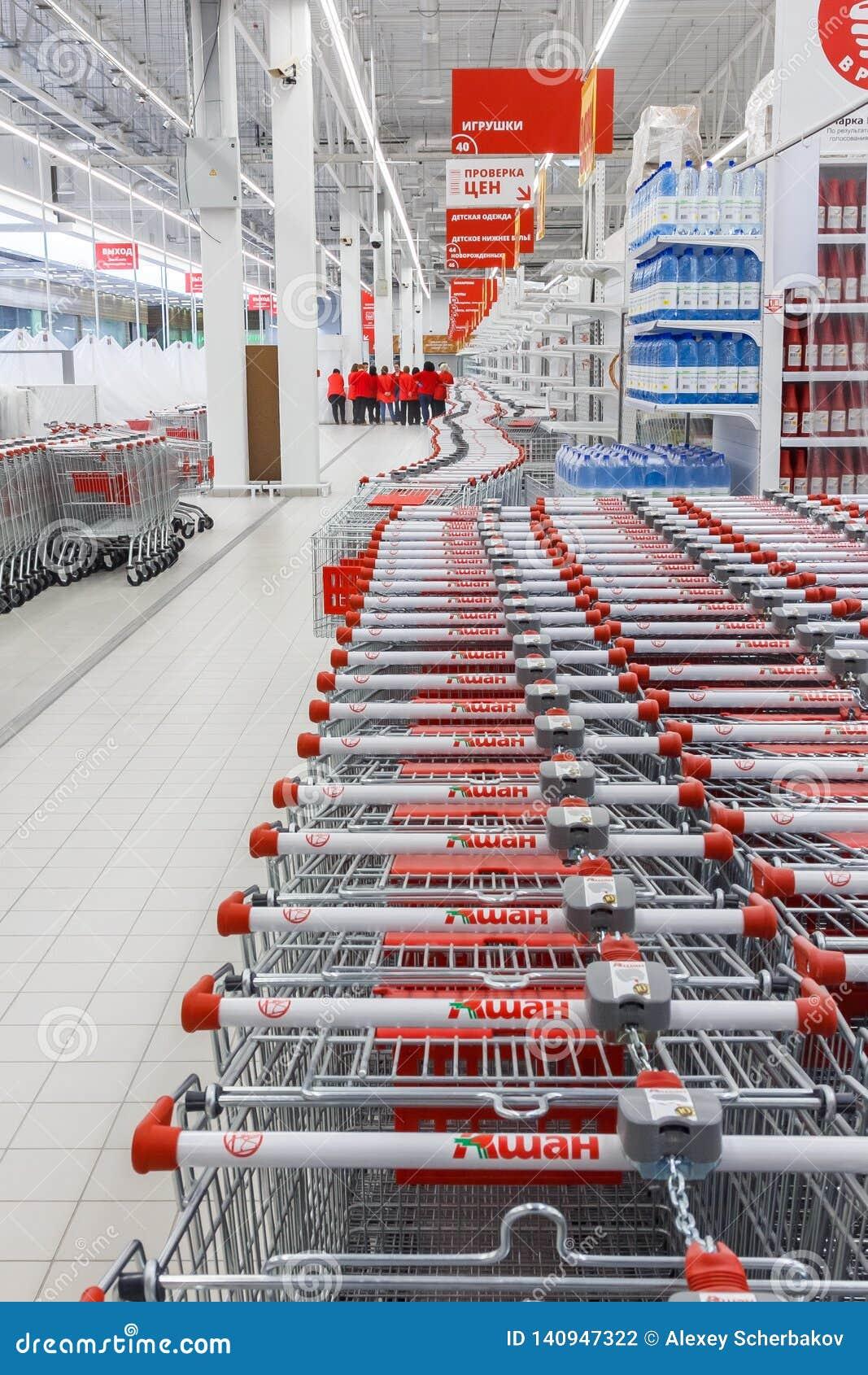 Sklepowy wnętrze z wózkami na zakupy