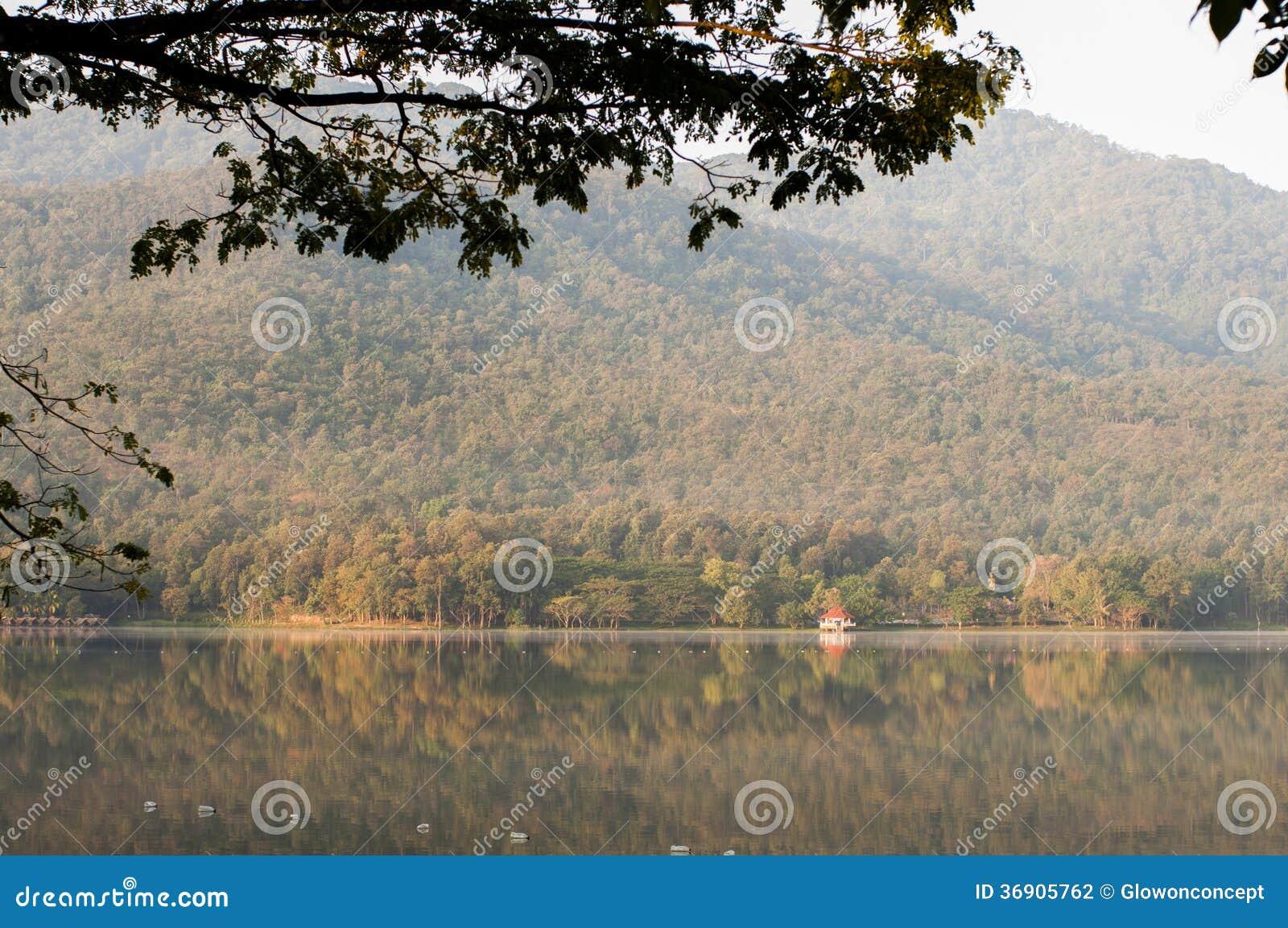 Sklepy pięknym jeziorem, rezerwat wodny naturalną górą