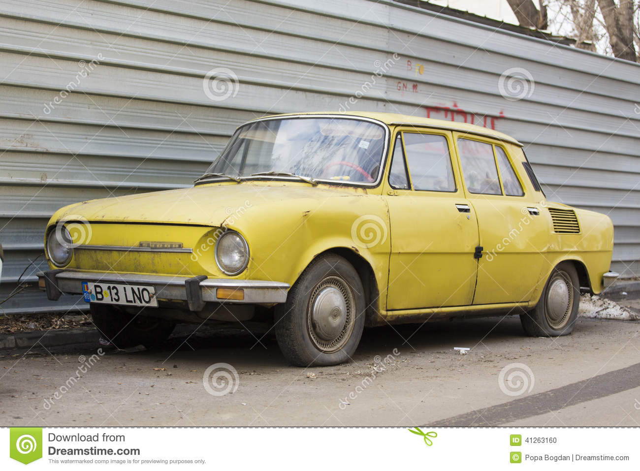 skoda-car-old-parked-autumn-show-41263160.jpg