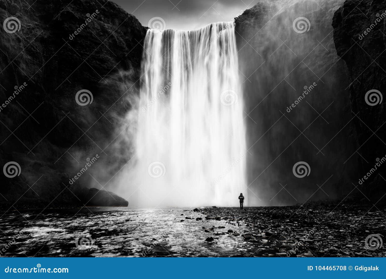 Skogafosswaterval met een eenzame mens