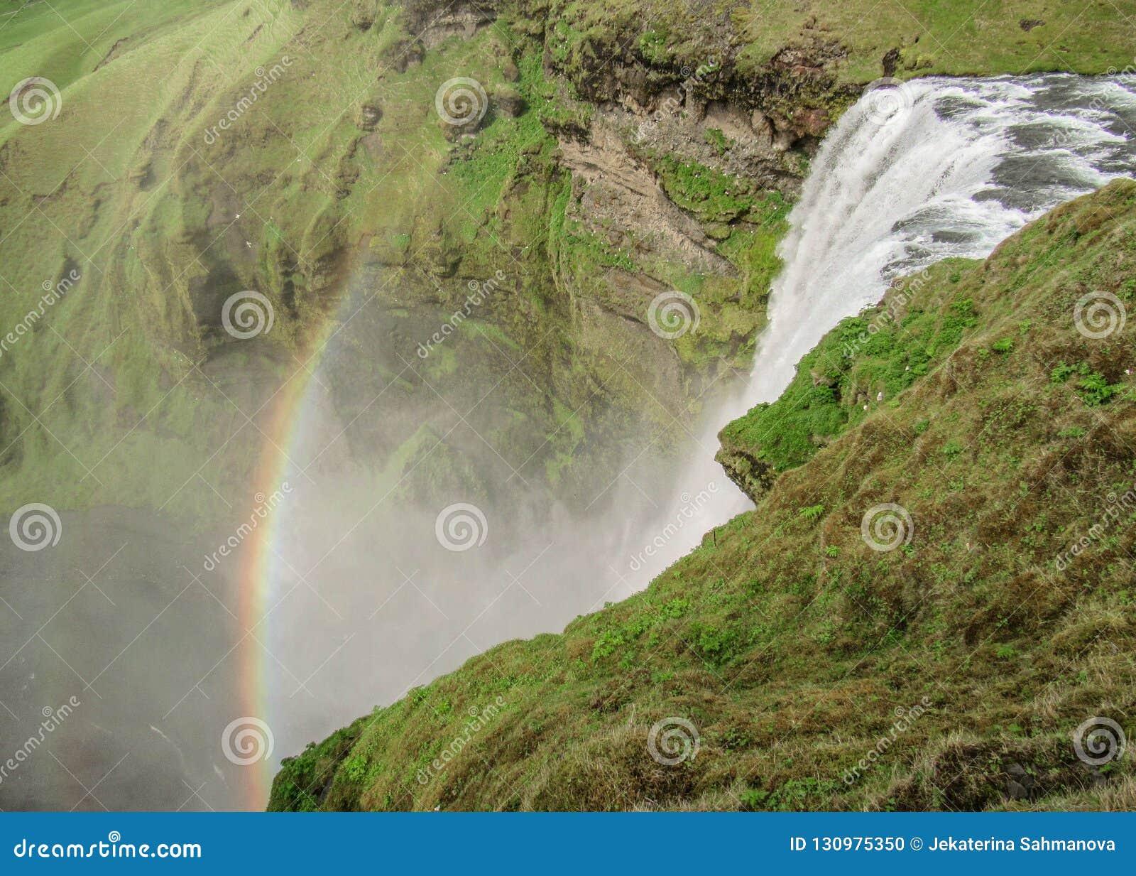 Skogafosswaterval met mooie regenboog op zonnige dag, Zuidenkust van IJsland, Europa