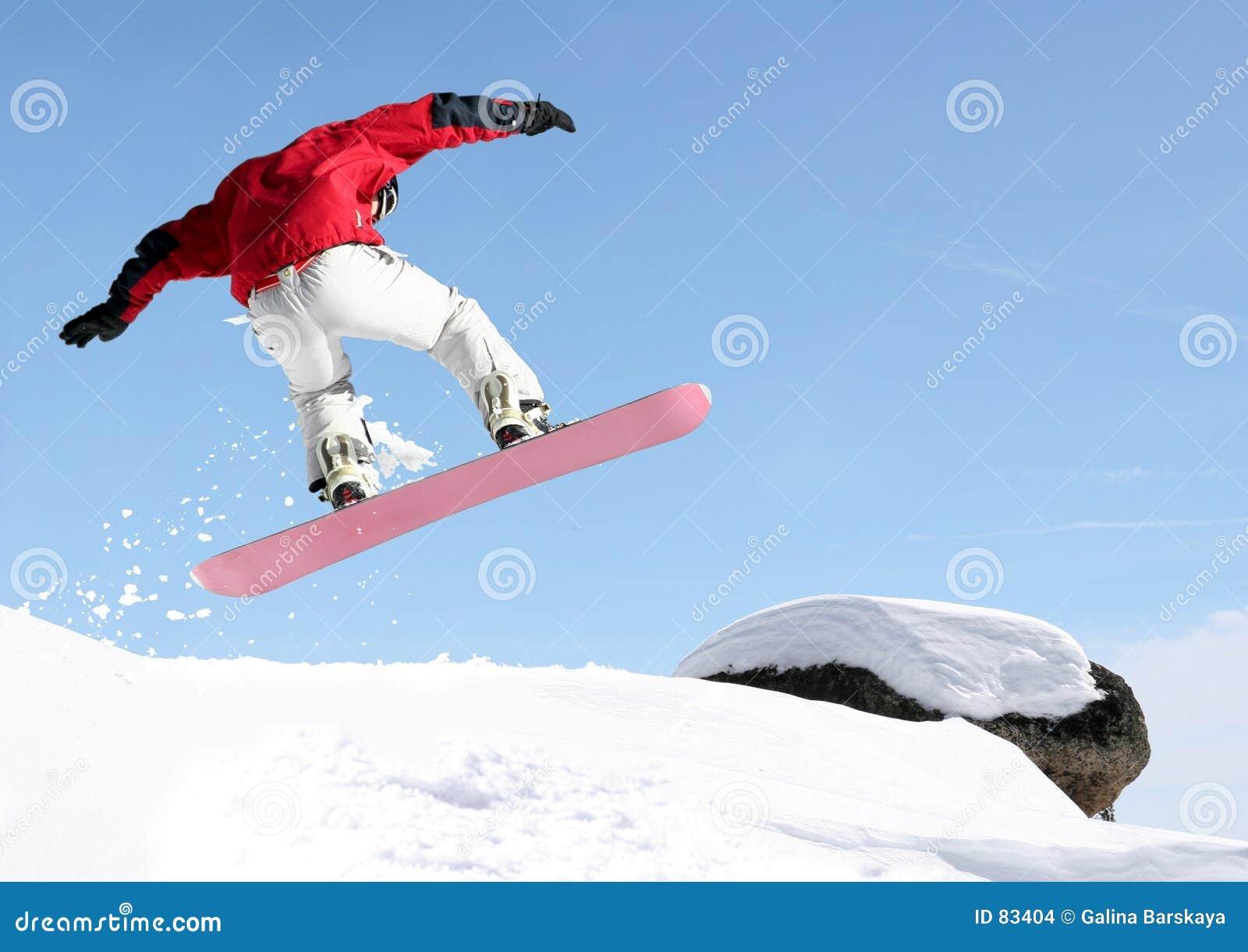 Skokowy snowboarder