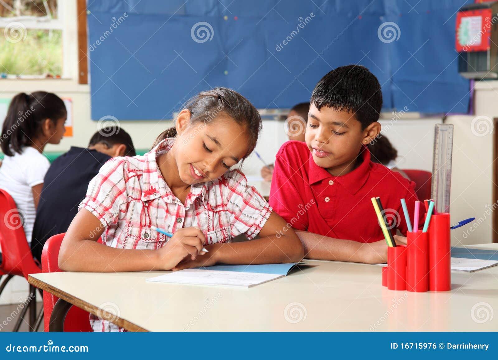 Skola för kurs för pojkeklassrumflicka