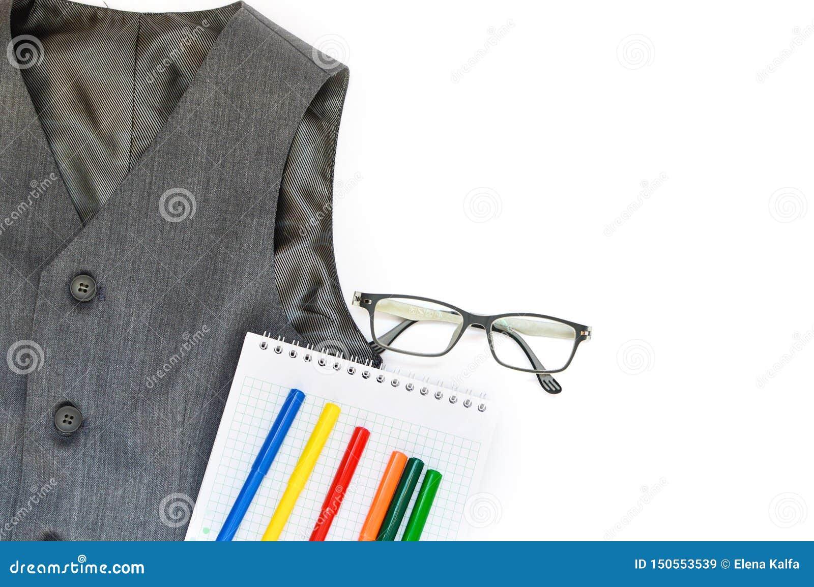 Skola ställde in med västen, blyertspennor, tuschpennor och exponeringsglas på en vit bakgrund skola tillbaka skola till utbildni