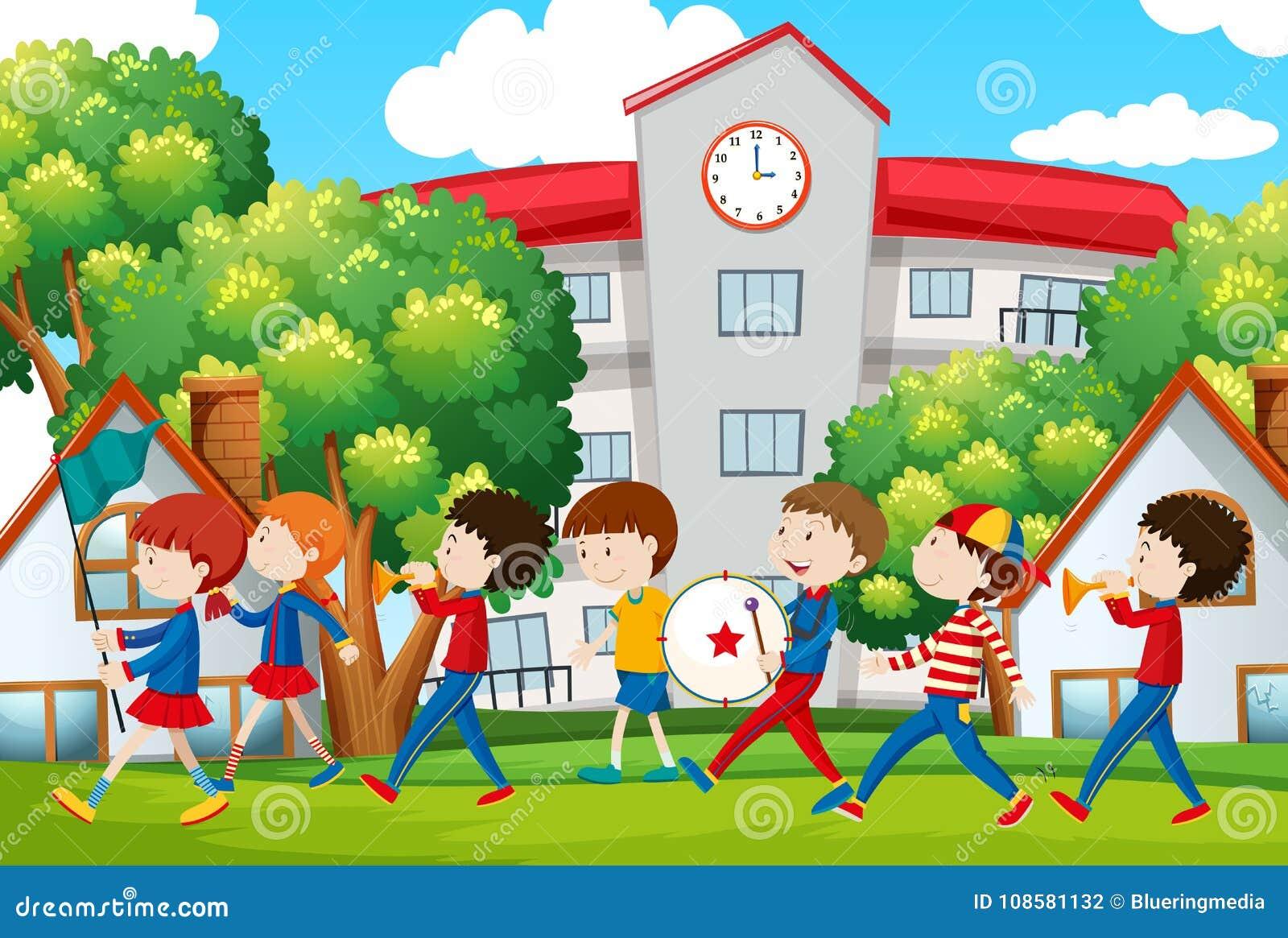 Skolamusikband som framme marscherar av skola