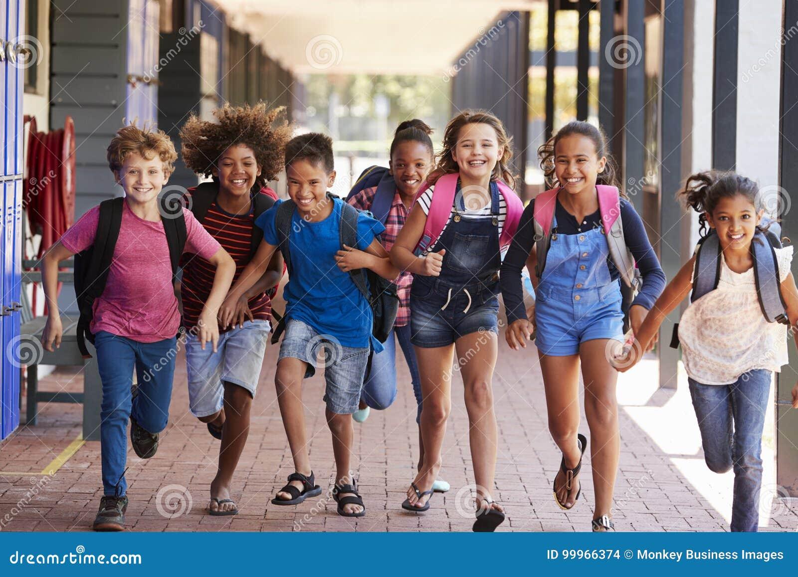 Skolan lurar spring i grundskolahallet, främre sikt