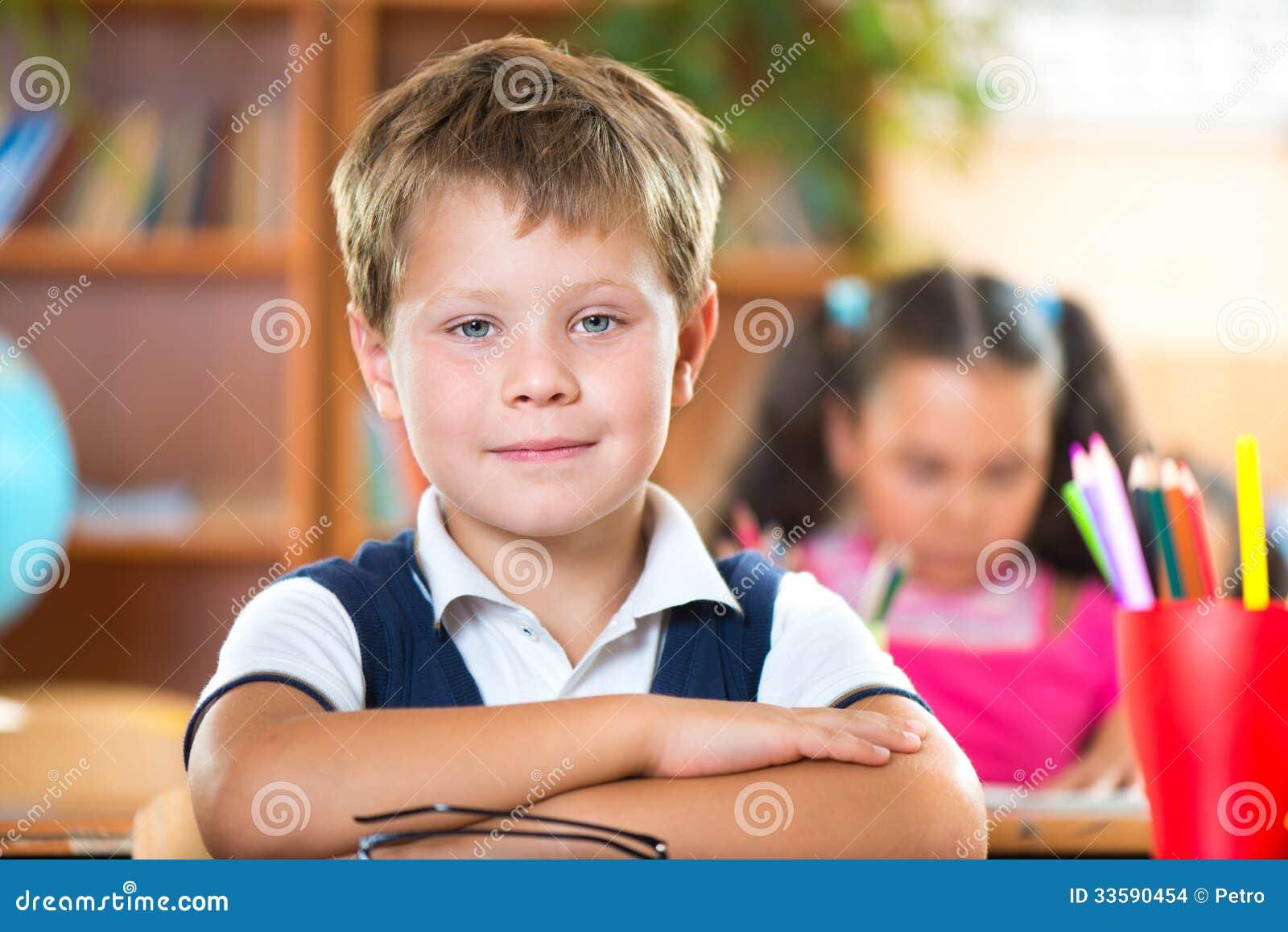 Skolbarn i klassrum på skolan