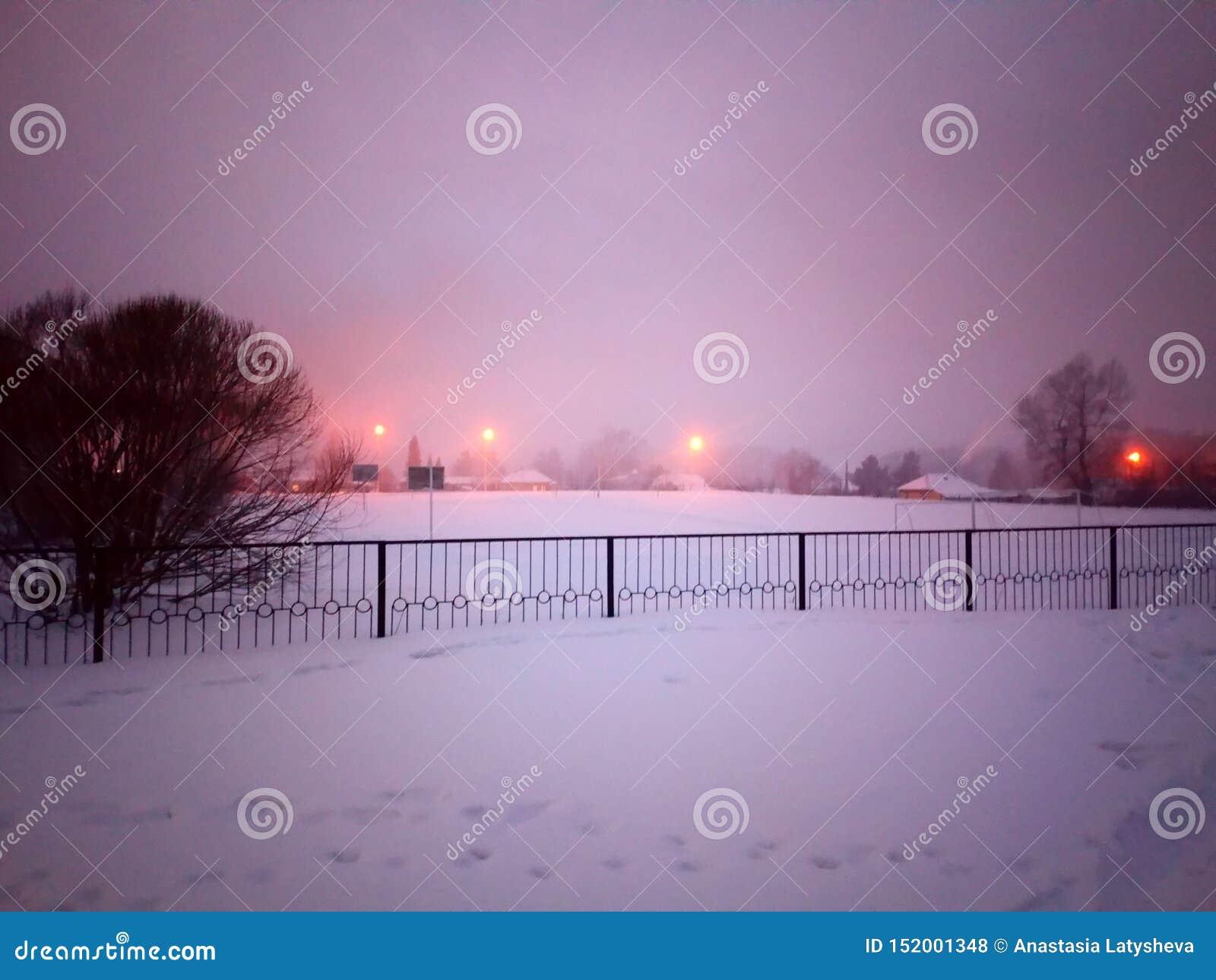 Skolgård i vinteraftonen