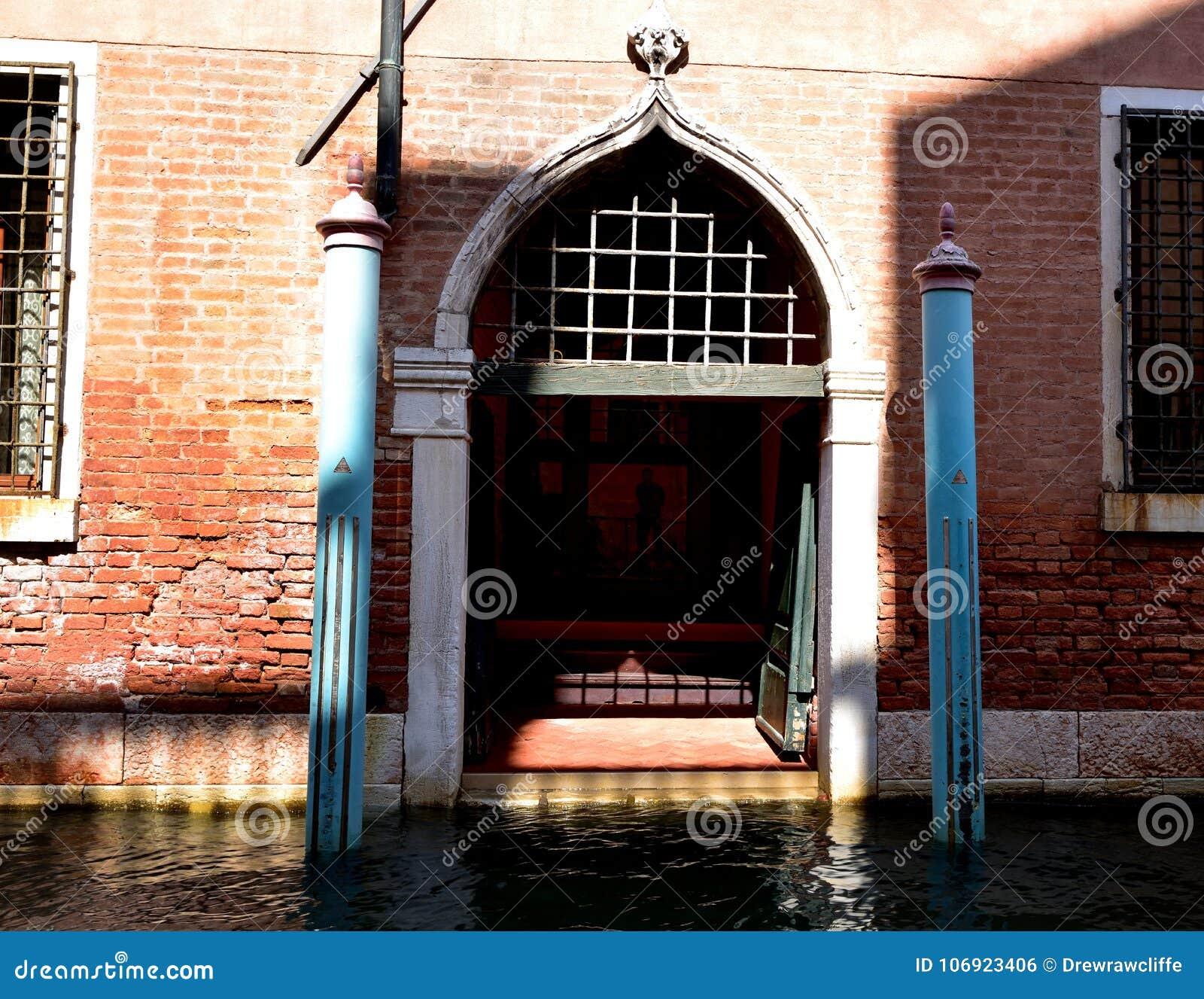 Skomplikowany drzwi kanał Wenecja